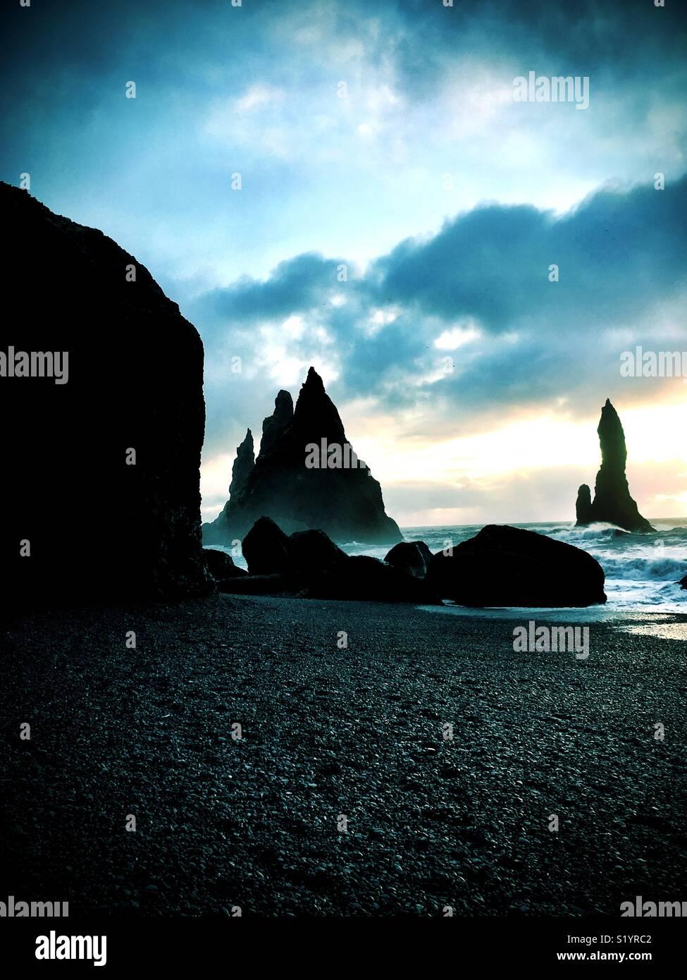 Plage de sable noir de Reynisfjara qui jouit, en Islande Photo Stock