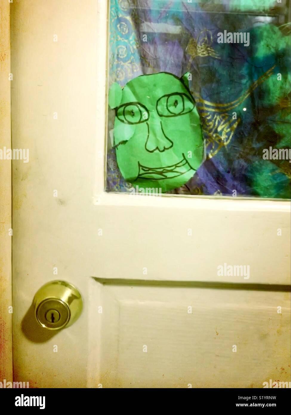 Dessin Denfant De Shrek Dans Une Fenêtre Mudroom Banque Dimages