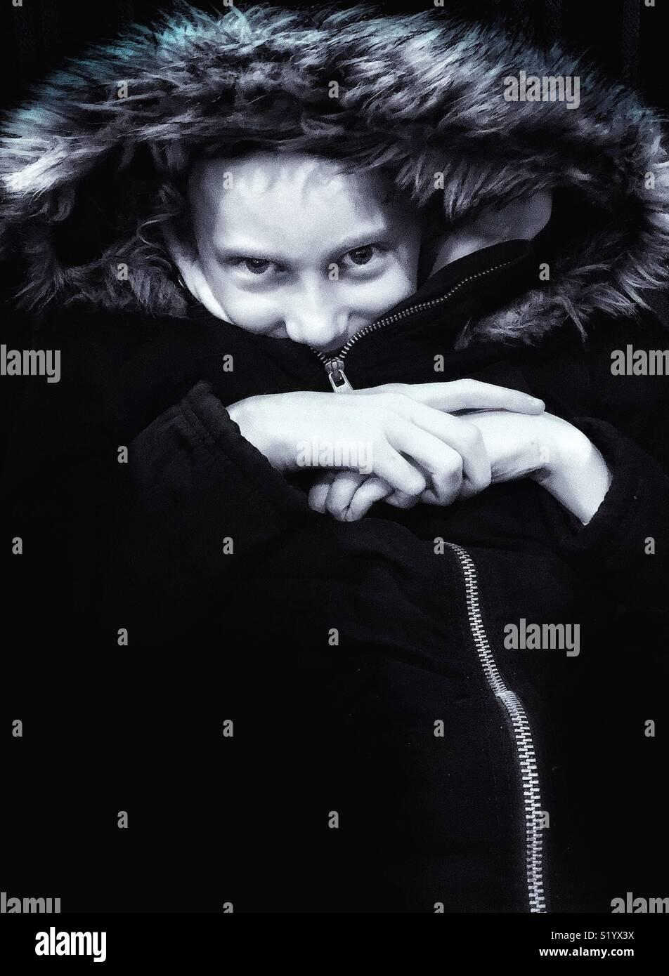 Jeune fille chaude et confortable en zip up manteau avec capuche fourrure Photo Stock