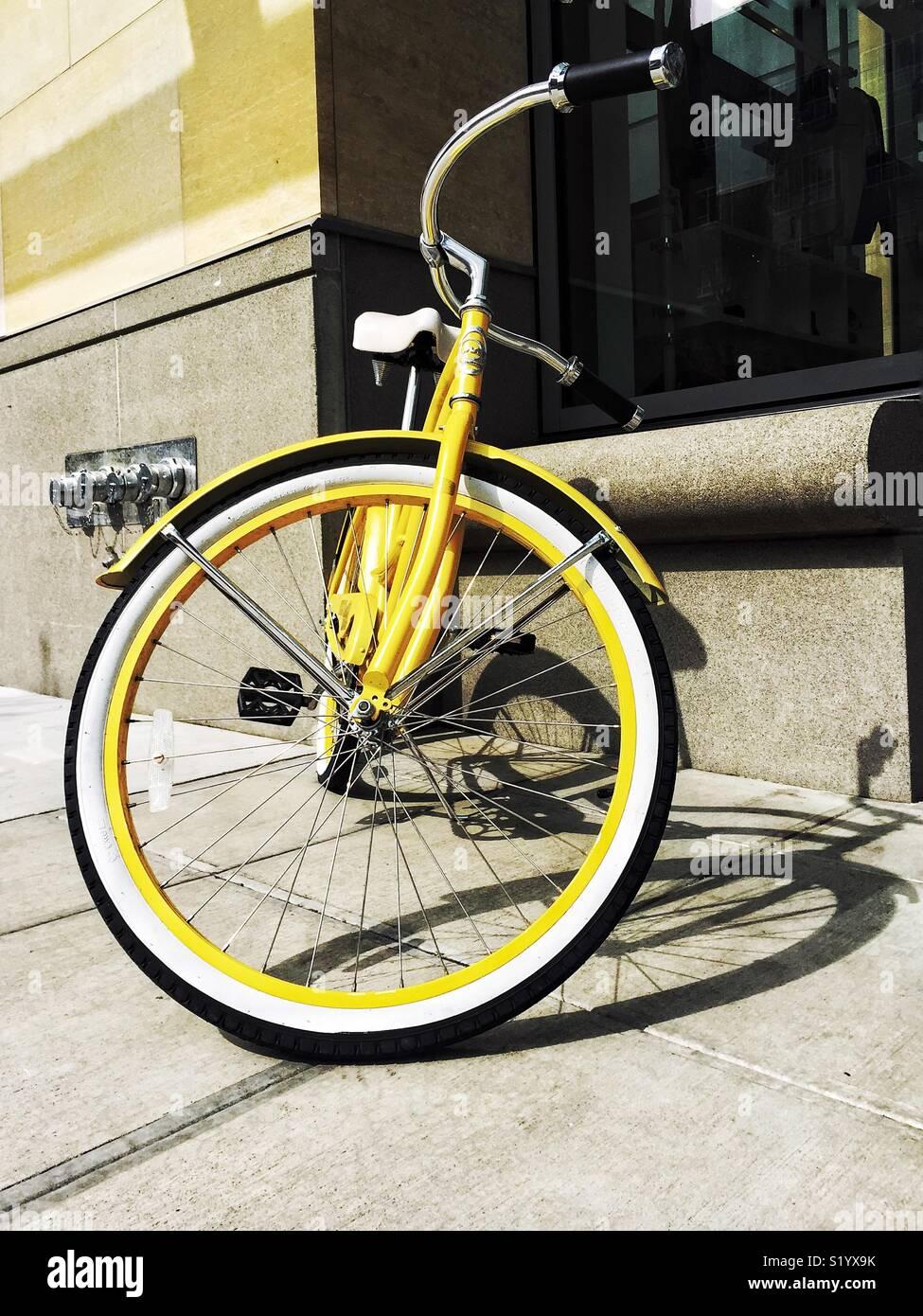 Vélo jaune dans la ville Photo Stock