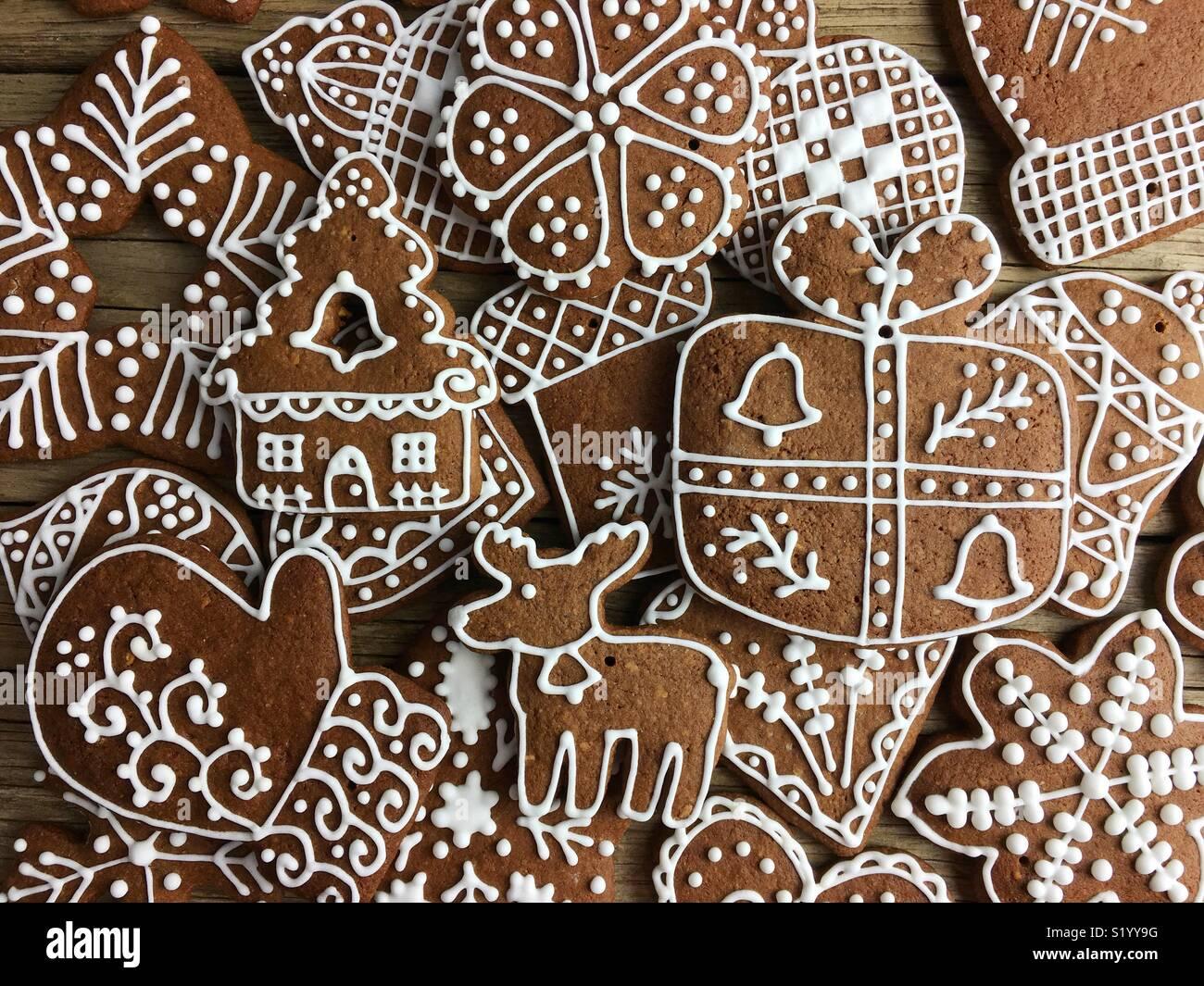 Le plein écran de Noël gingerbread cookies sur une table en bois Photo Stock