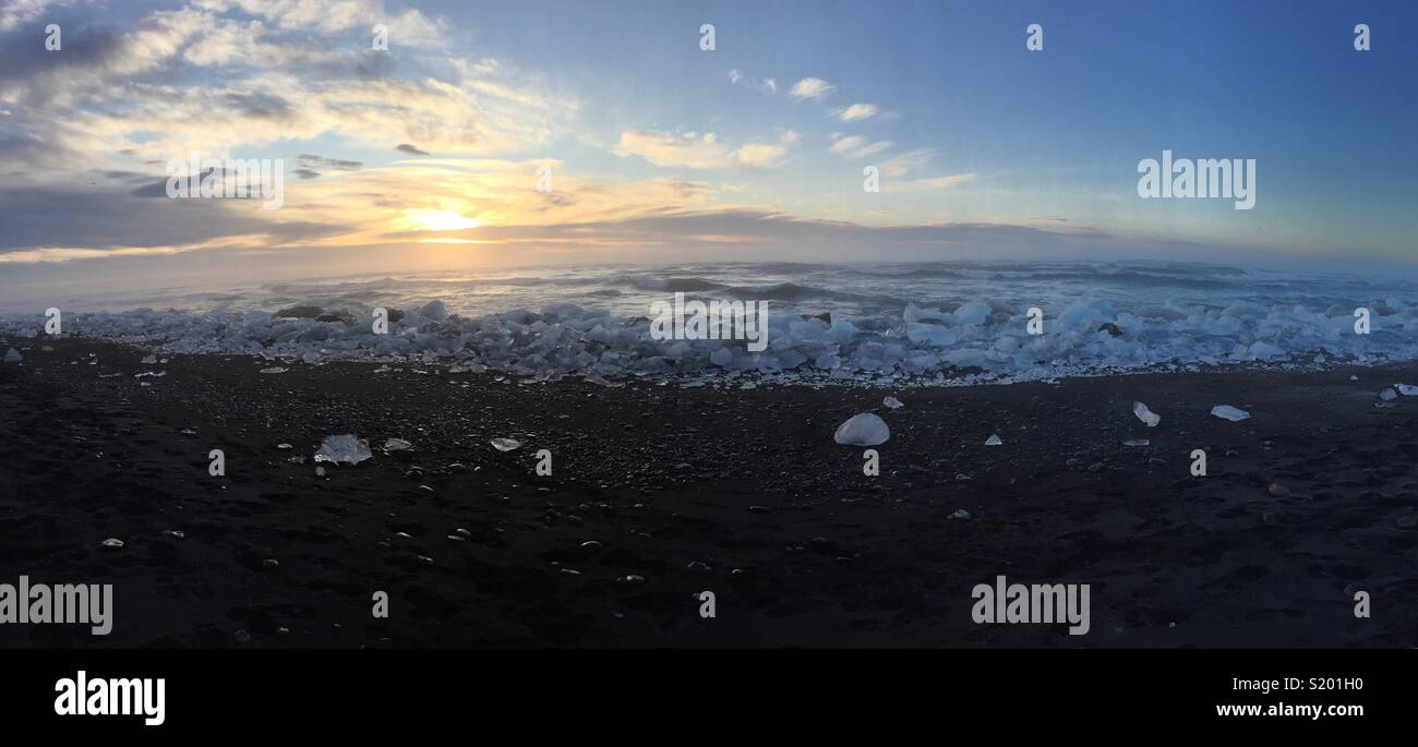 Coucher du Soleil vue panoramique à la plage de sable noir du sud de l'Islande Photo Stock