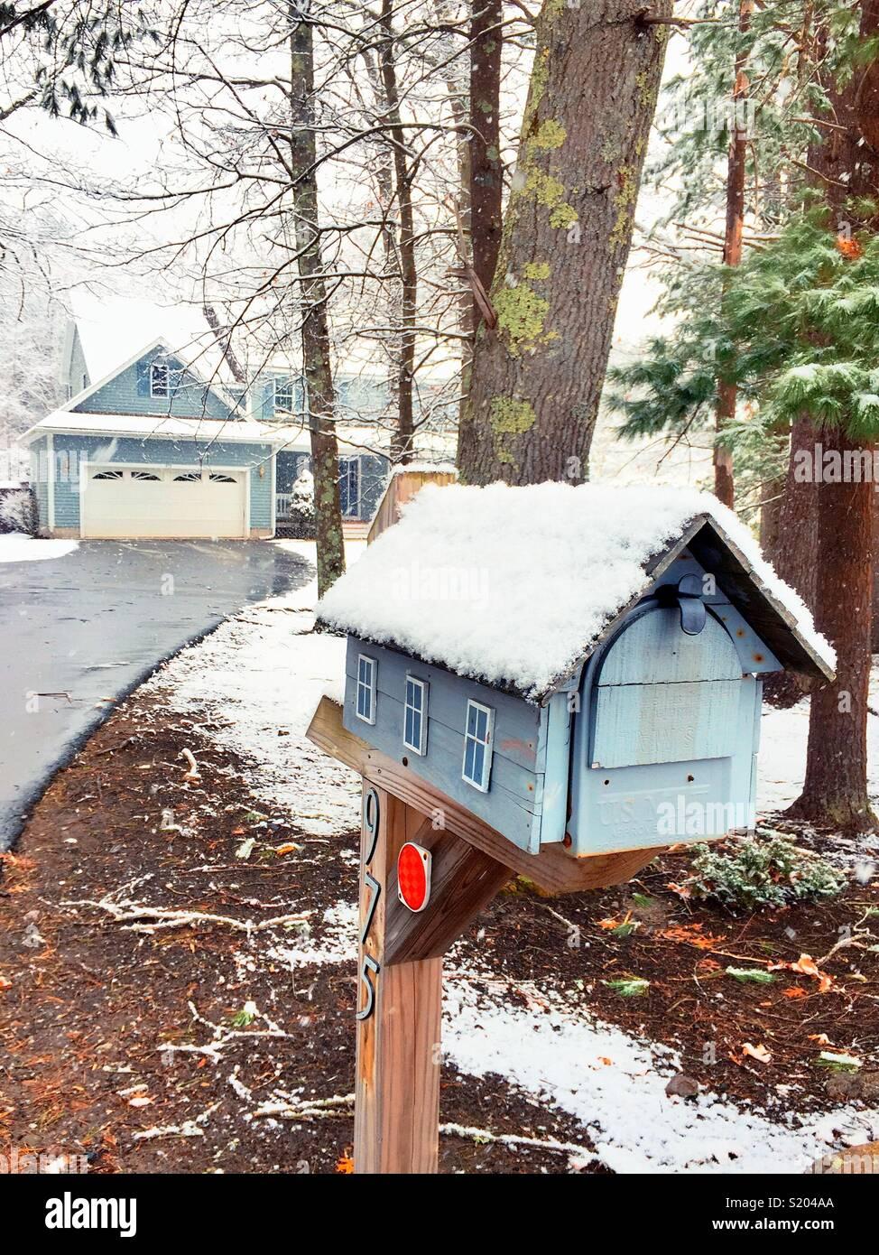 Scène d'hiver panoramique de luxe Nouvelle Angleterre banlieue accueil dans la boîte aux lettres après une tempête de neige, USA Photo Stock