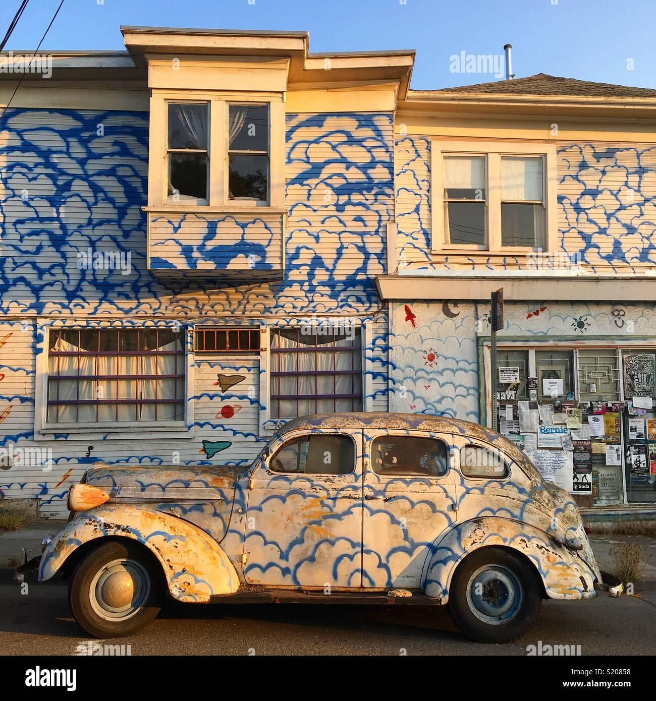 Une voiture garée devant une maison d'une peinture assortie Photo Stock