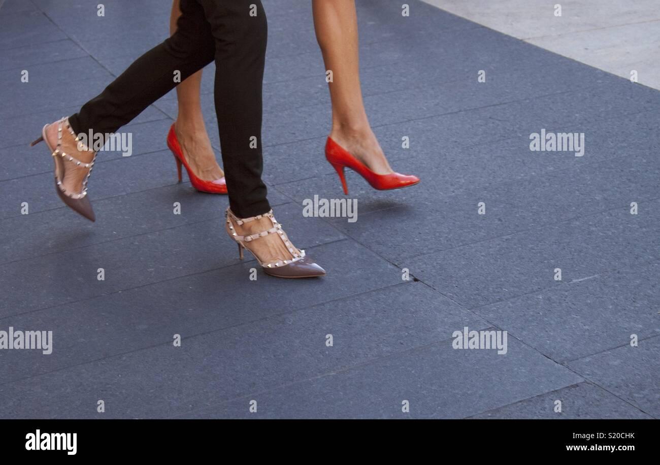 vente chaude en ligne 01856 77251 Deux femmes marcher en talons hauts Banque D'Images, Photo ...