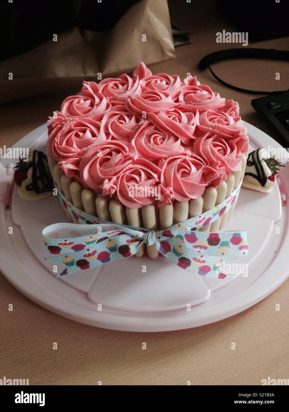 Gâteau d'anniversaire avec passepoil rose buttercream Photo Stock