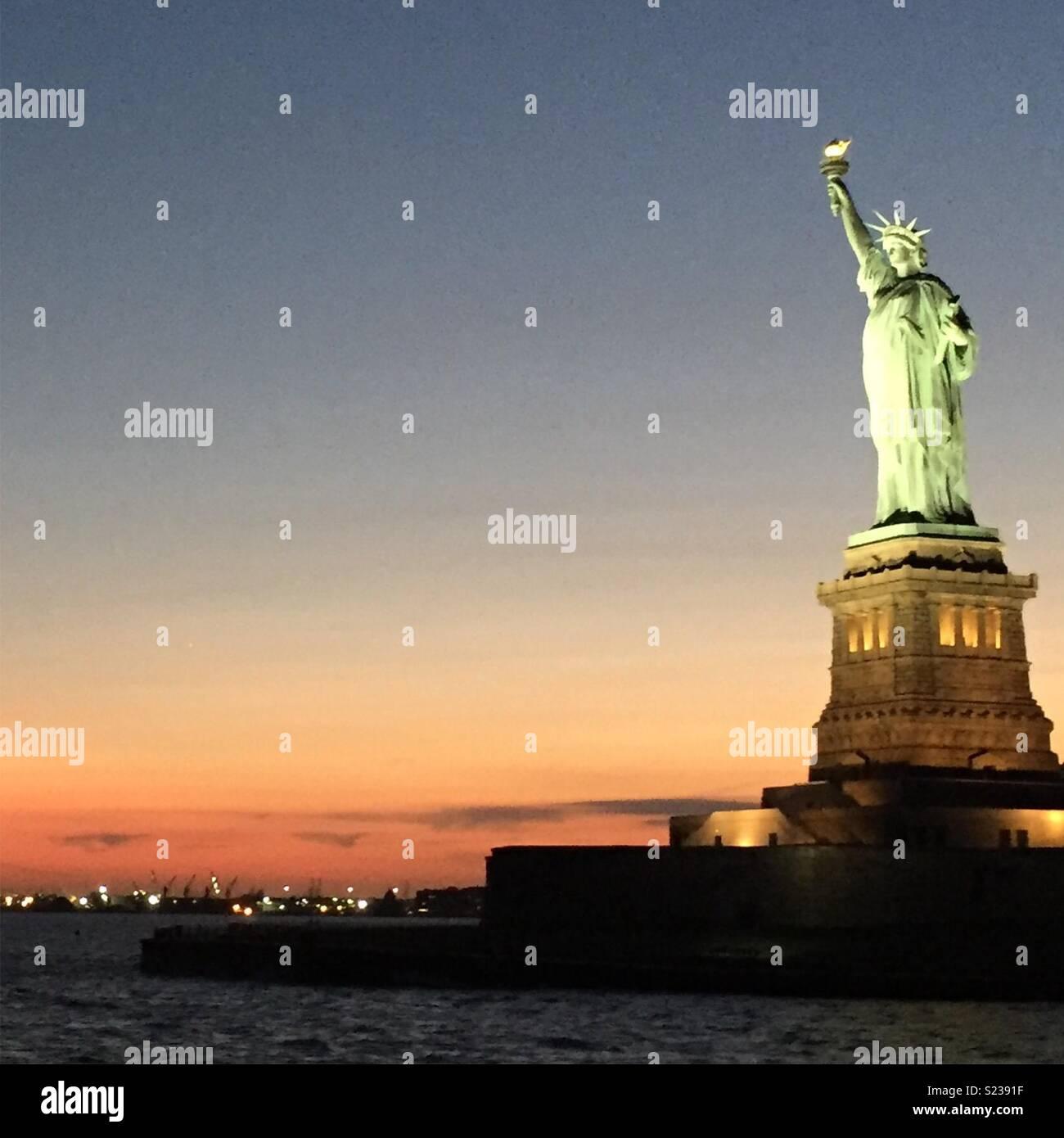 Statue de la liberté le coucher du soleil Photo Stock