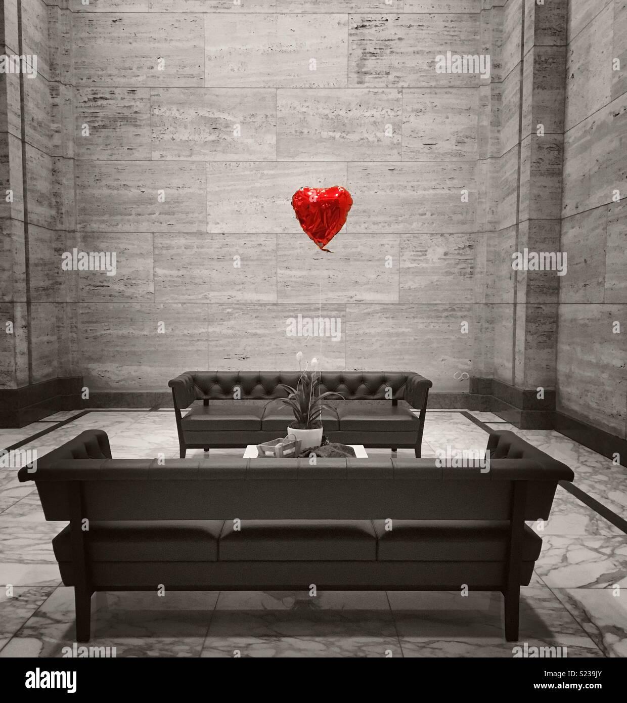Ballon rouge coeur avec des couleurs désaturées. Photo Stock