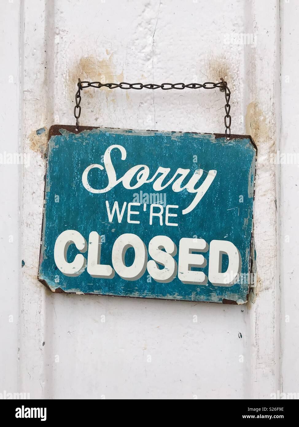 Un 'Désolé NOUS SOMMES FERMÉ' signe sur une porte de boutique en Angleterre. Photo Stock