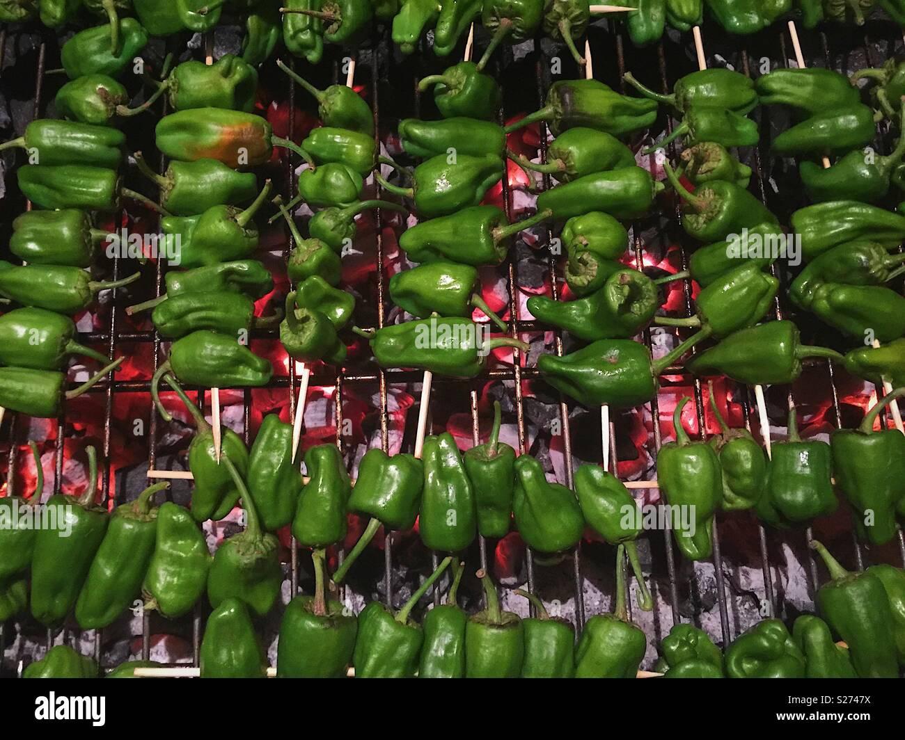 Les poivrons sur un barbecue Pardon Photo Stock