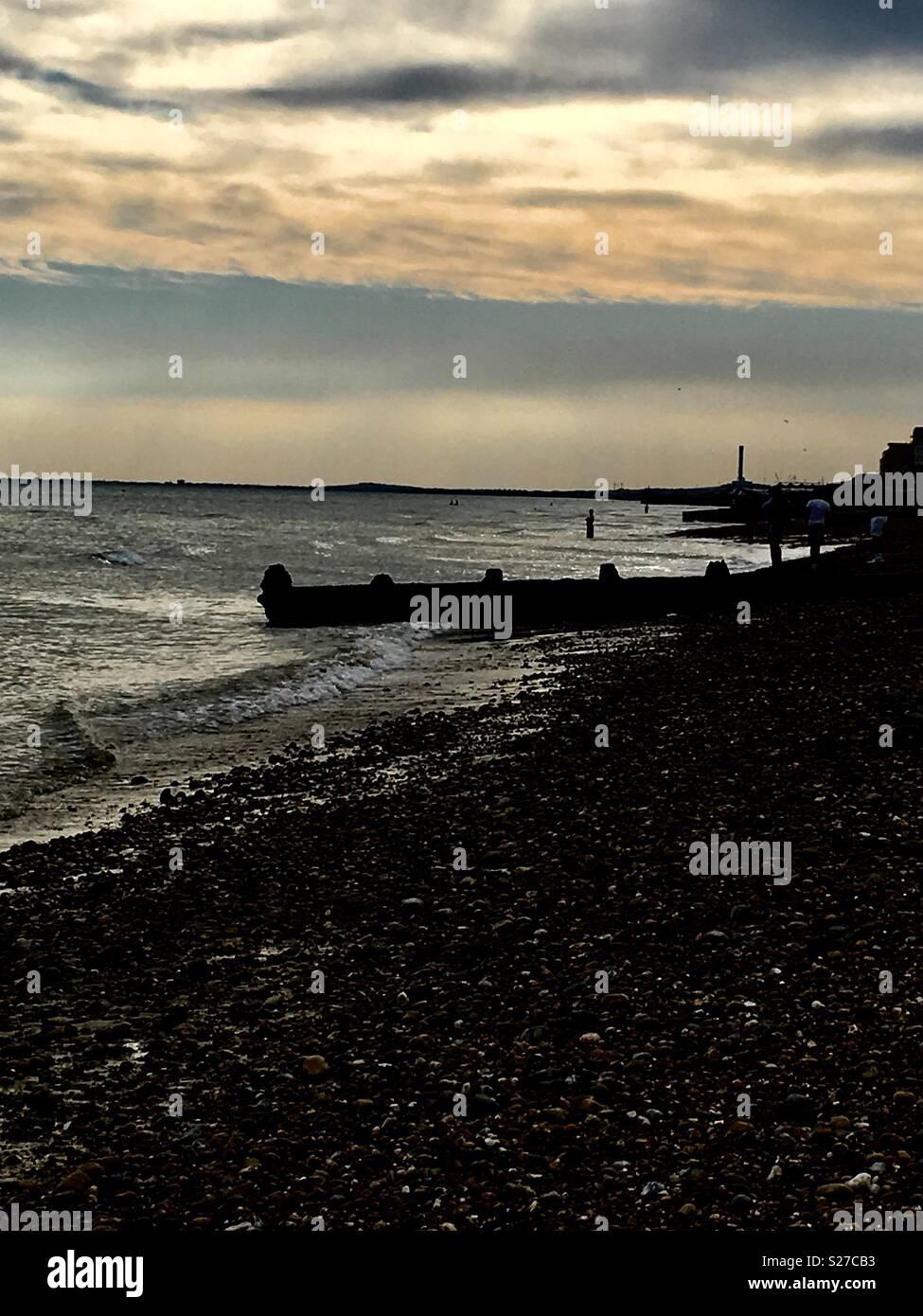 La plage de Brighton en soir Photo Stock