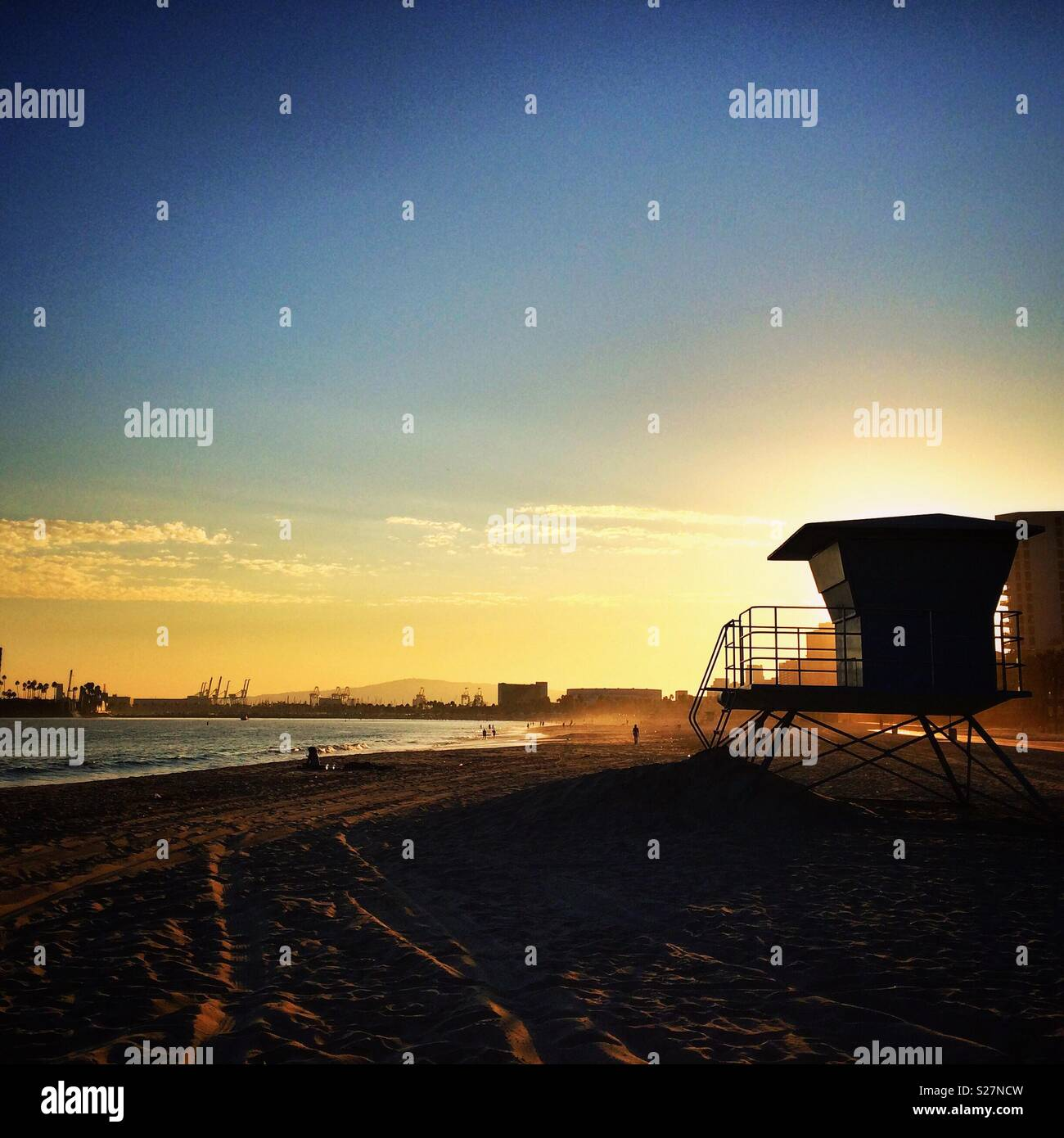 Silhouette d'un secours au coucher du soleil à Long Beach, Californie Banque D'Images