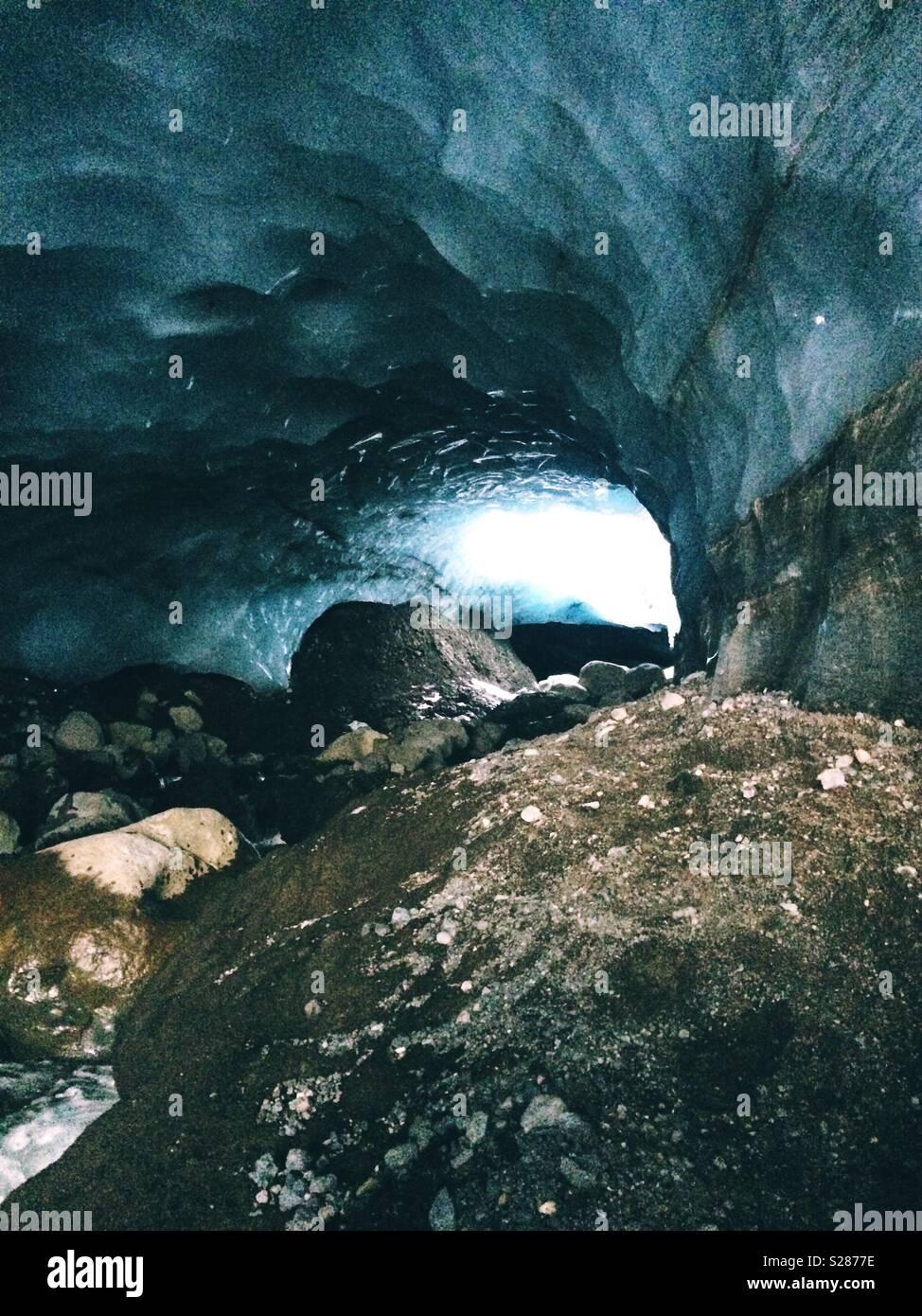 À l'intérieur d'une grotte de glace en Islande Photo Stock