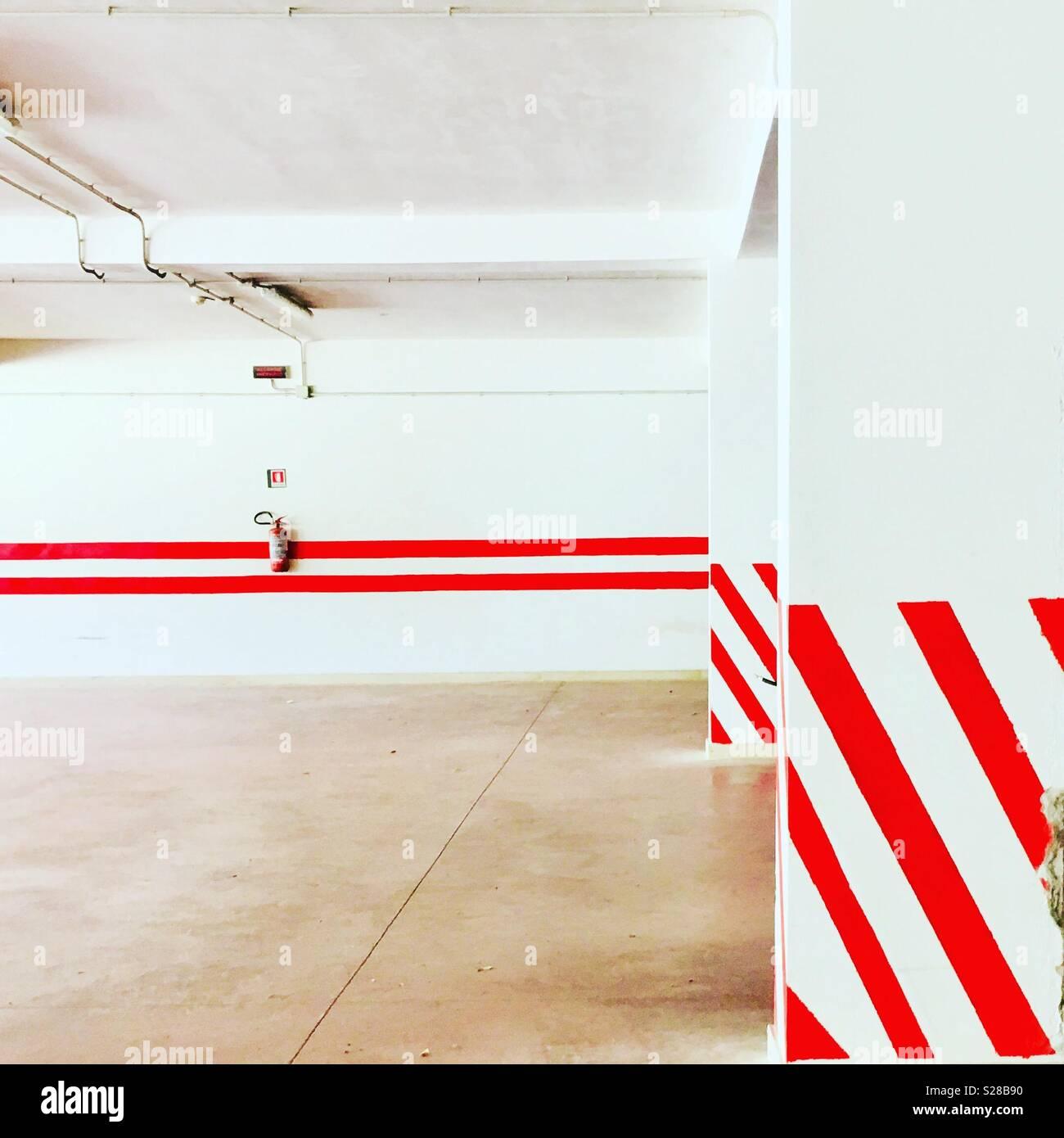 Garage avec rayures rouges - Résumé - moyenne géométrique Photo Stock
