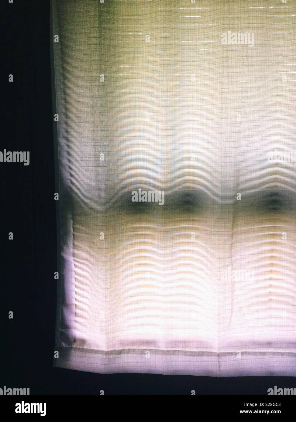 Rideau blanc avec fenêtre ombres aveugles Photo Stock