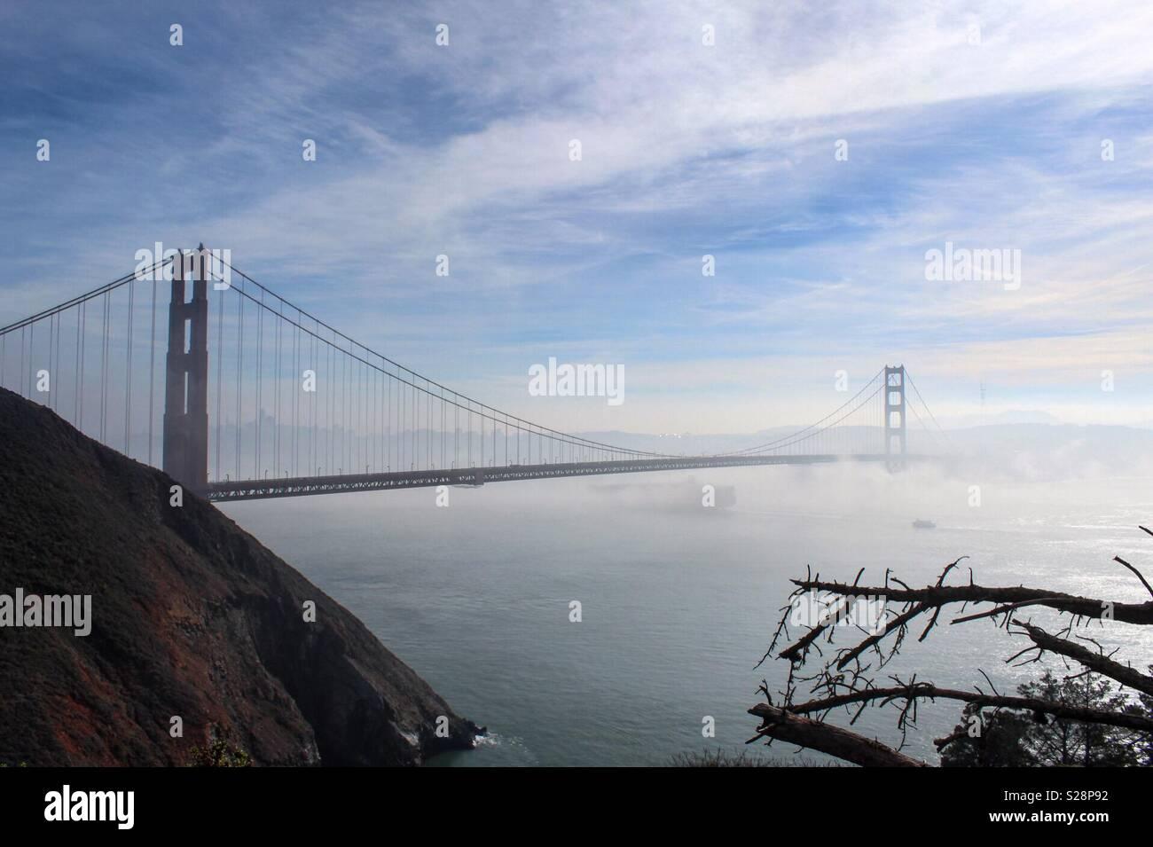 Un jour brumeux dans le Marin Headlands regardant vers le Golden Gate Bridge. Photo Stock