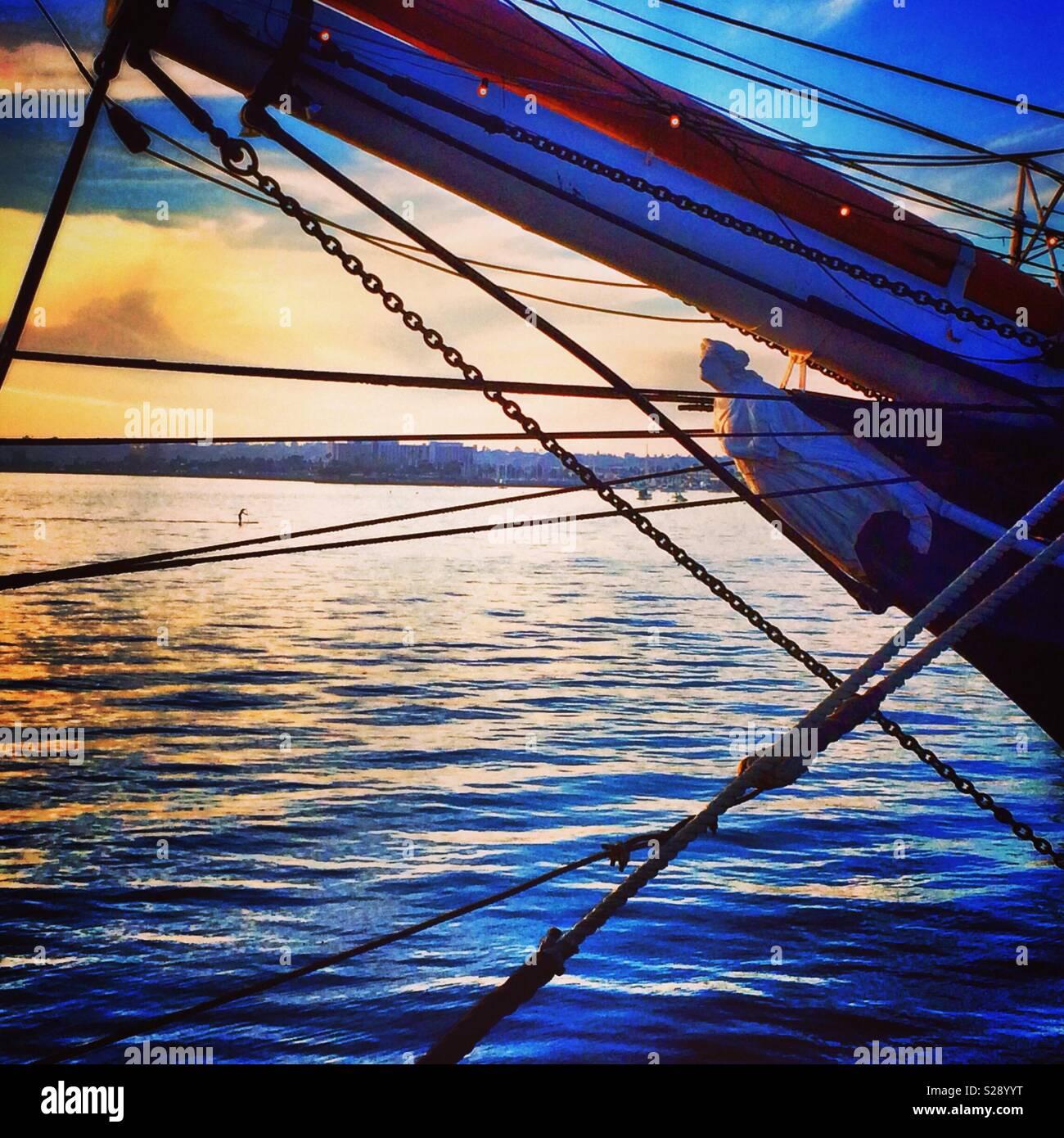 Cordes et lignes guide attacher un bateau à un quai dans le port de San Diego en Californie Banque D'Images