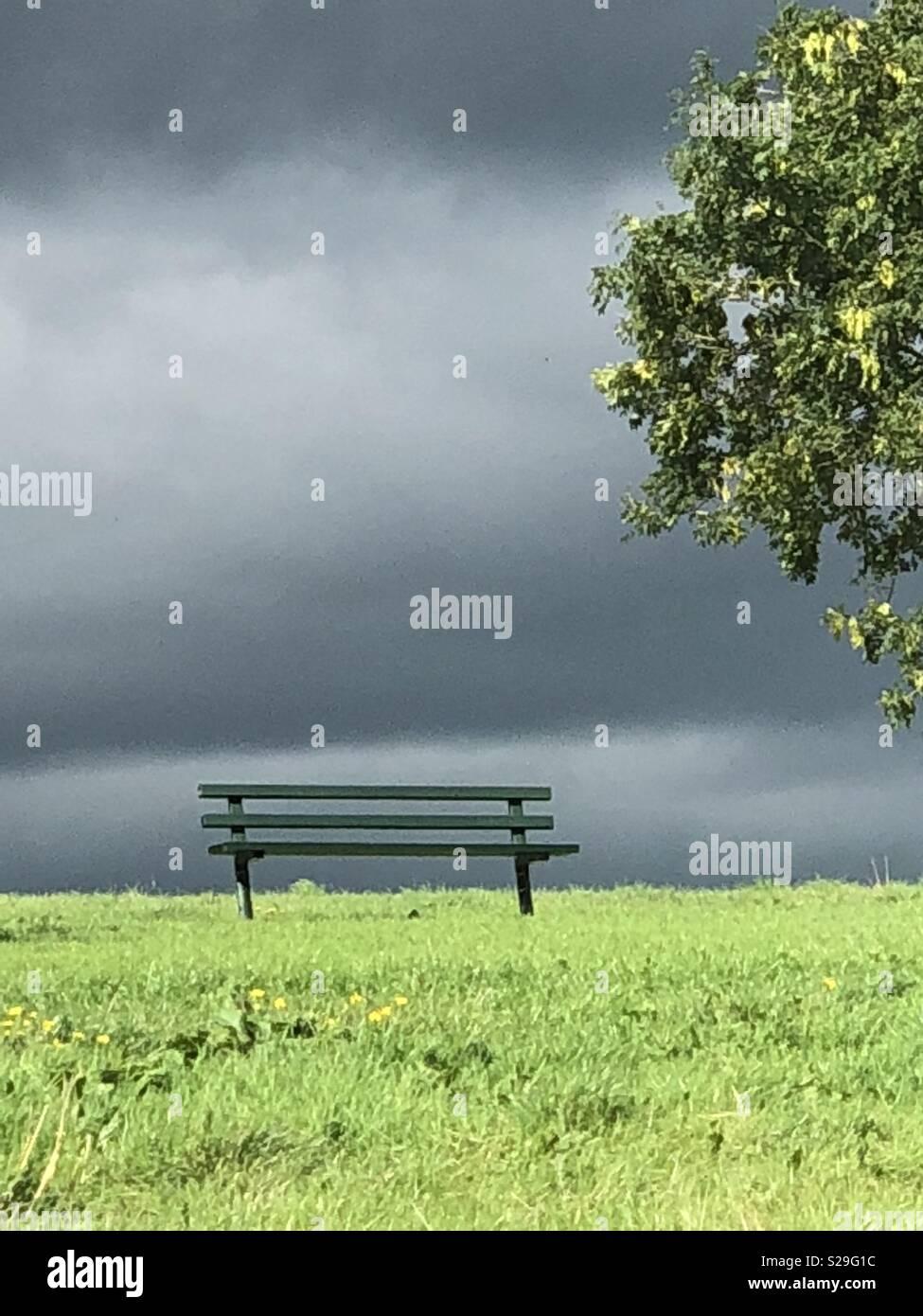 Banc sous un nuage sombre Photo Stock
