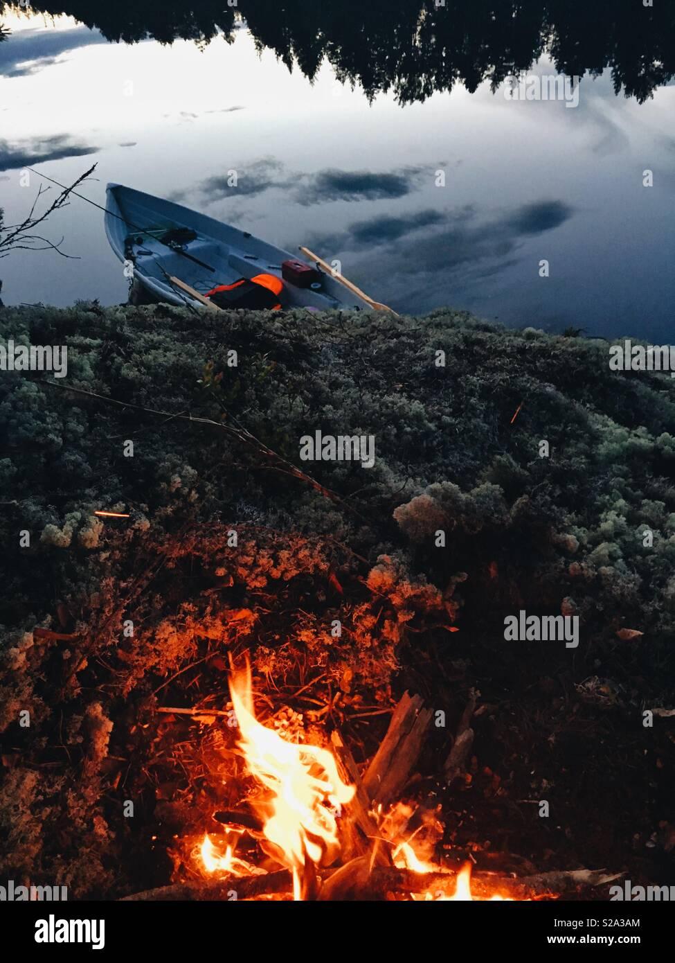 Par le feu de camp du lac nordique Photo Stock