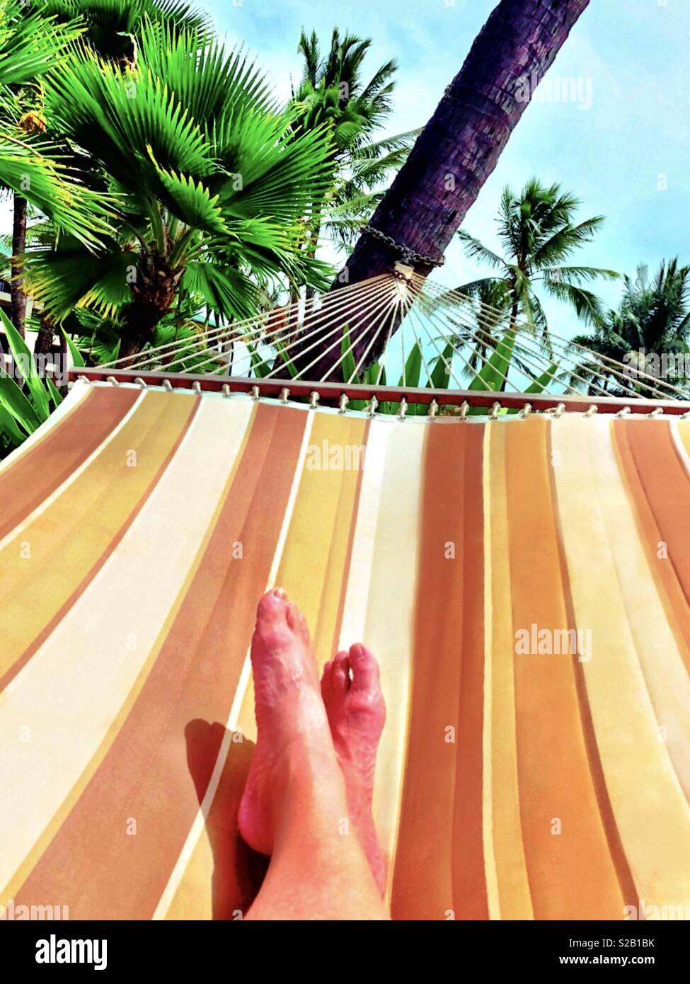 Hamac dans Hawaiian paradise, première personne vue de jambes et pieds Banque D'Images