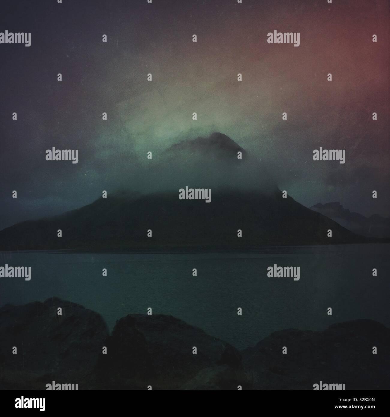 Dans un ciel du nord - un crépuscule Lofoten minime sur la montagne et la mer, paysage Banque D'Images