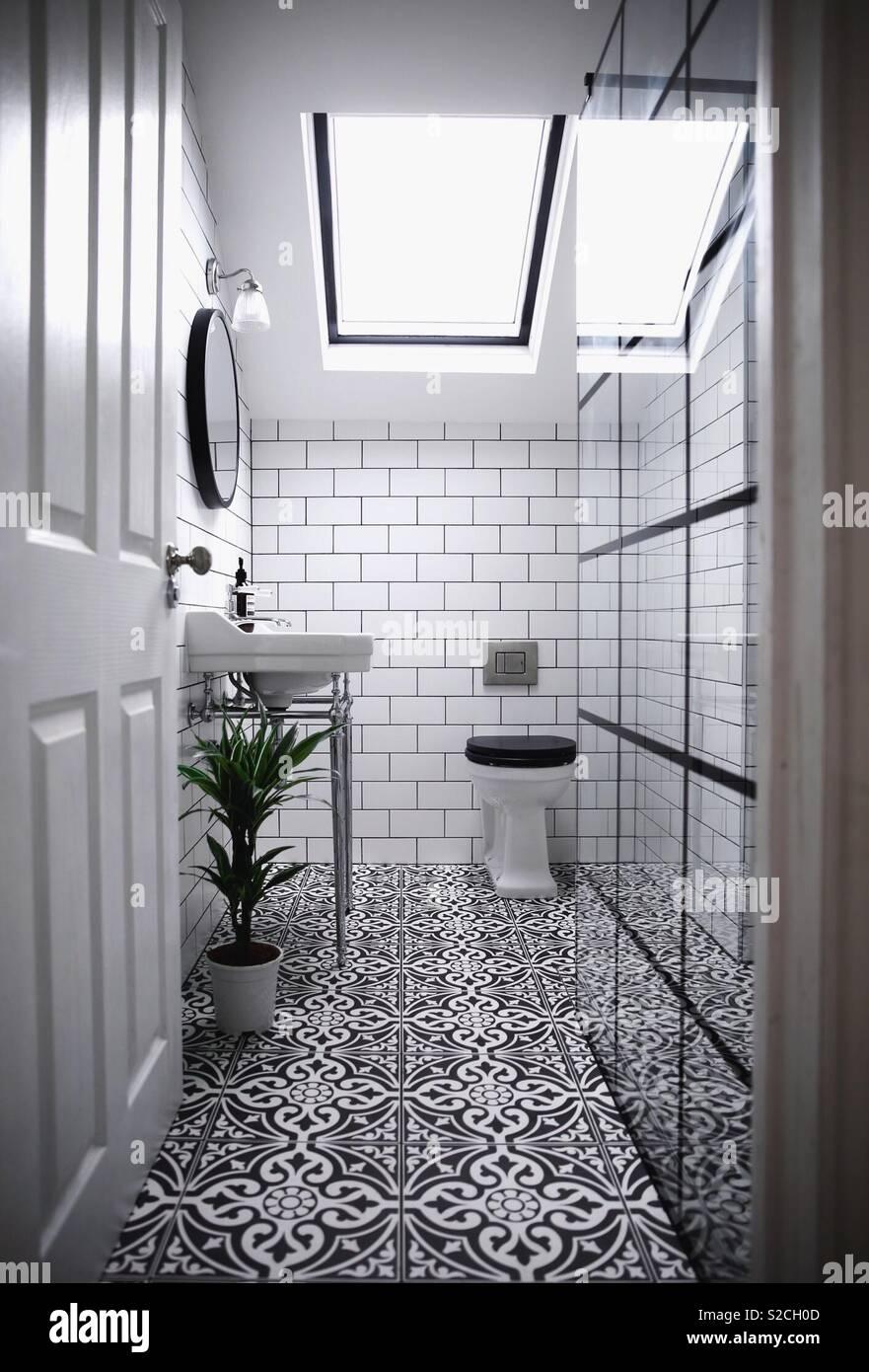Salle de bains contemporaine avec des carreaux à motifs victoriens ...