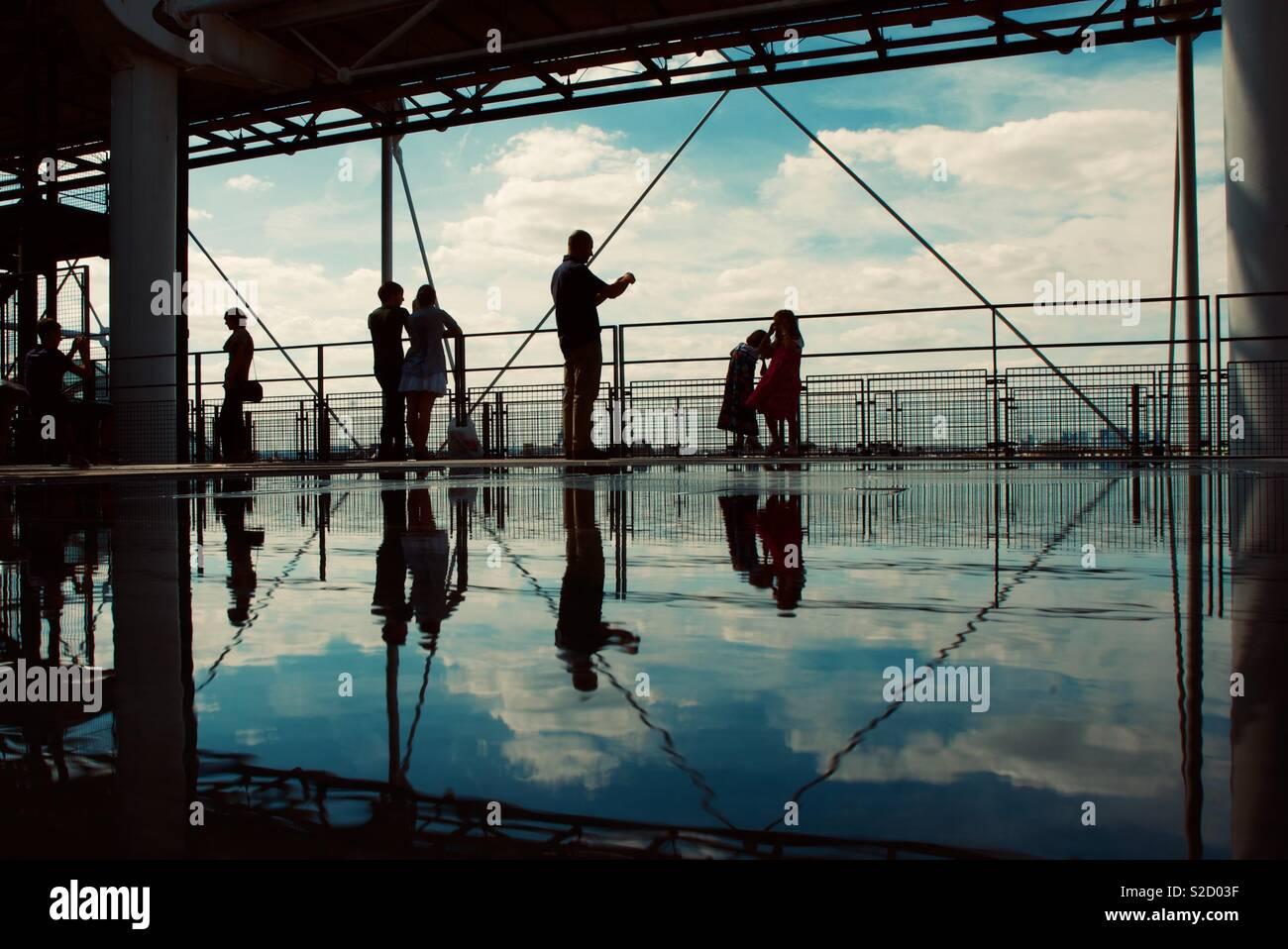 Les visiteurs apprécient la vue depuis le Centre Pompidou, Paris, France. Banque D'Images