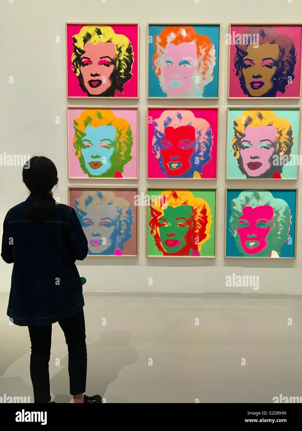 Personne A La Peinture D Andy Warhol A Marilyn Monroe Dans Art Gallery Photo Stock Alamy