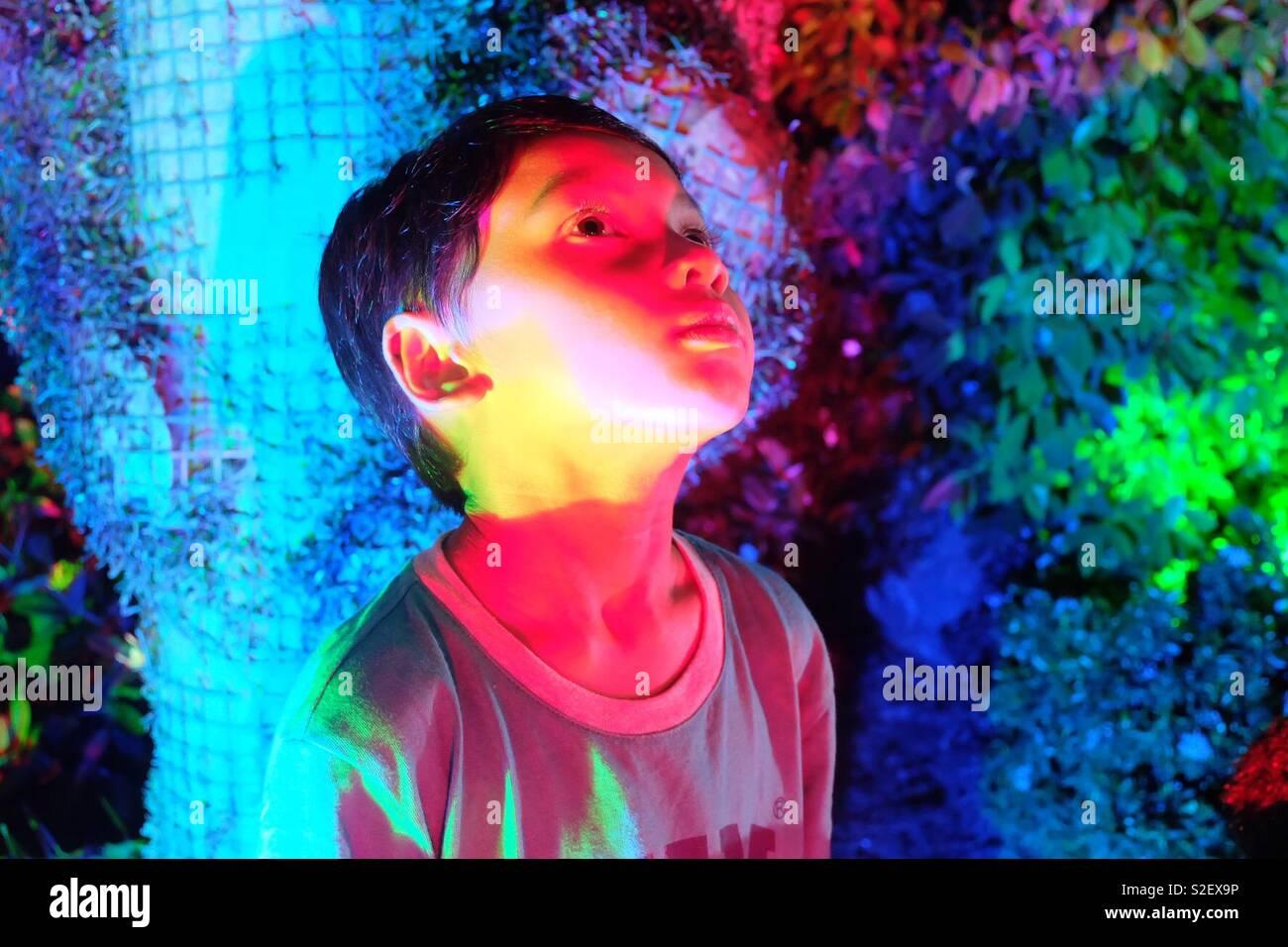 Garçon couleurs néon Banque D'Images