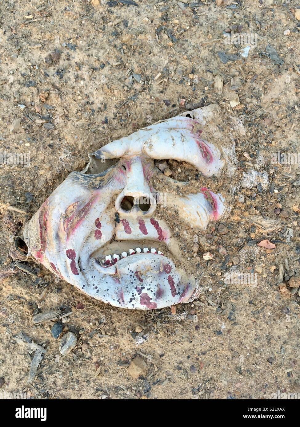 Jeter le masque effrayant. Banque D'Images