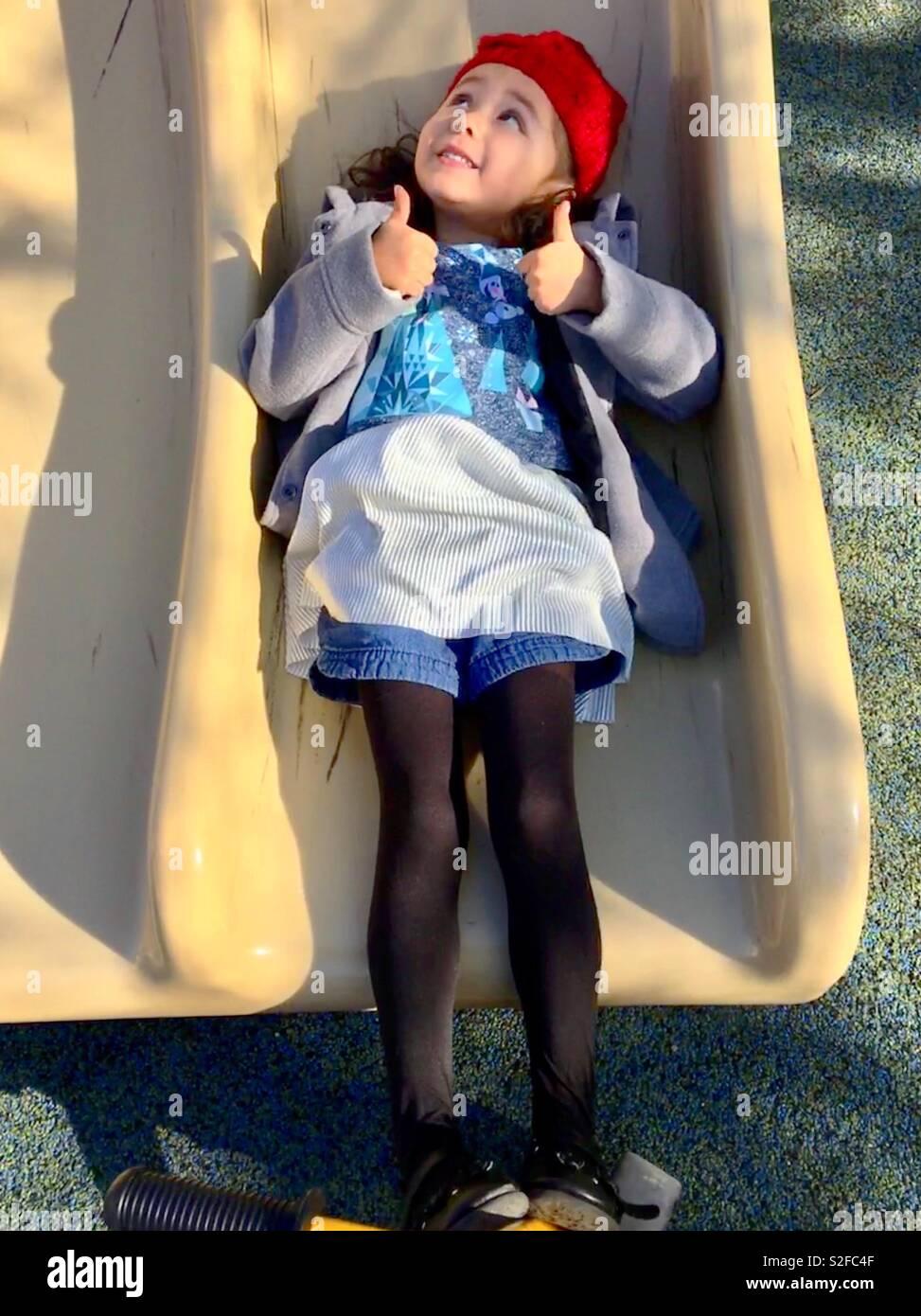 La Jolie Fille De L Air la jolie petite fille qui est couchée sur le tiroir de l
