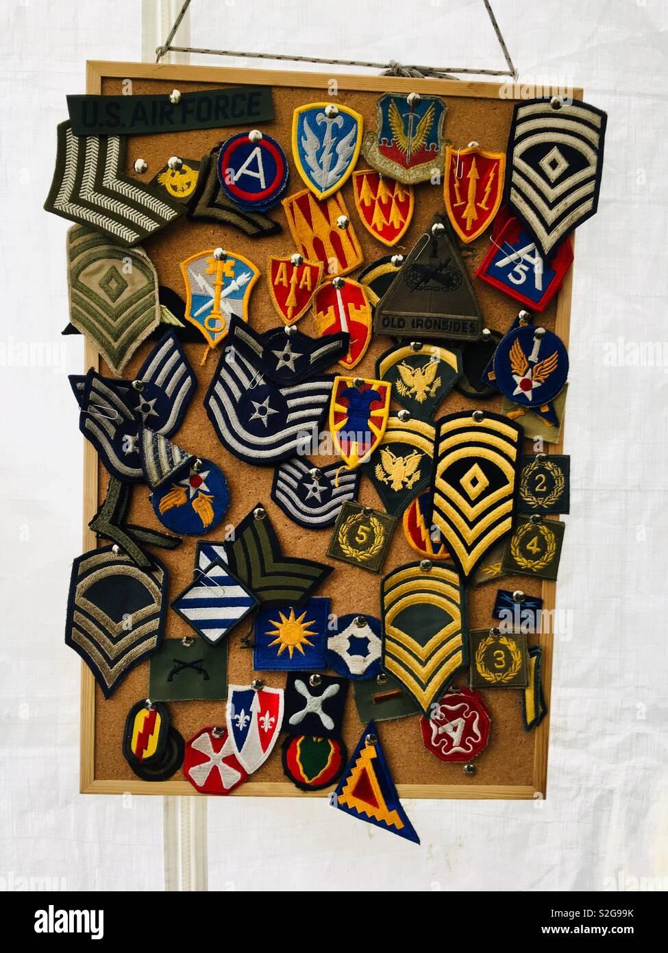 La Seconde Guerre Mondiale Deux Insignes Militaires De Style Et Correctifs Accroche Sur Un Tableau D Affichage Photo Stock Alamy
