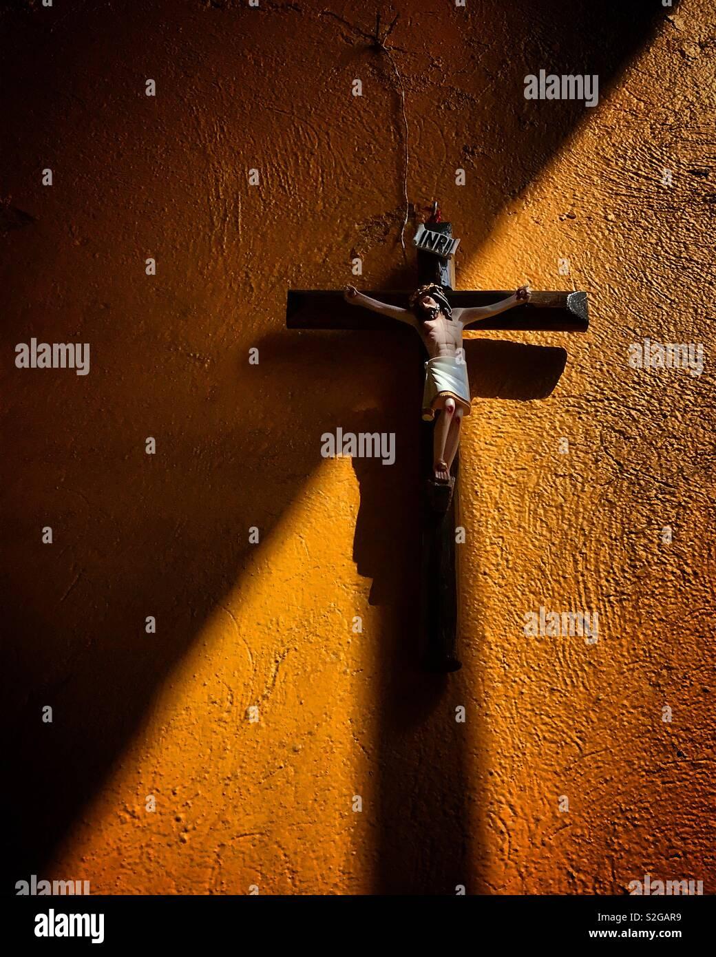 La lumière du soleil illumine une sculpture de Jésus Christ crucifié à Tequisquiapan, Queretaro, Mexique Banque D'Images