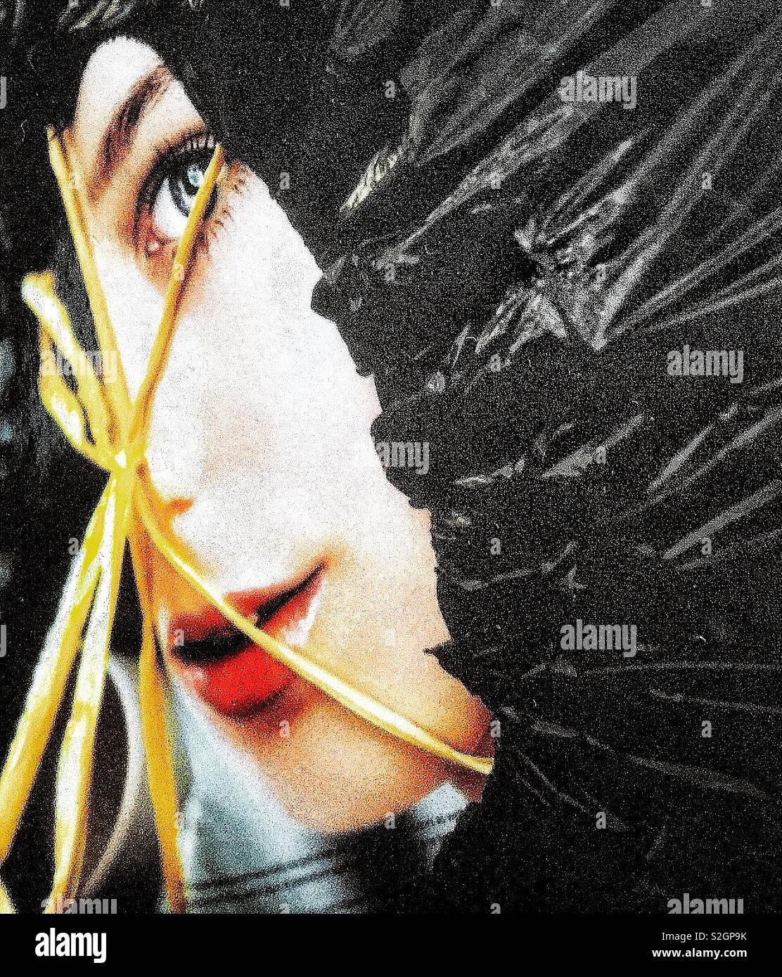 Image visage Magazine pairs venant d'un sac de déchets. Banque D'Images