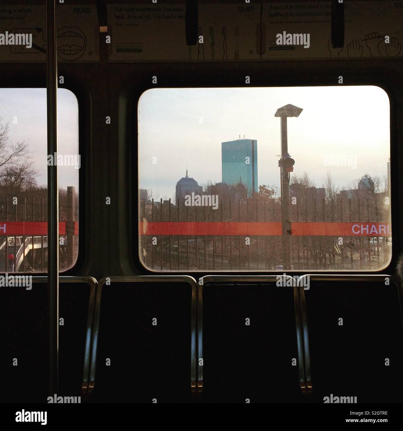Gratte-ciel à travers les vitres des voitures de métro semblent, Boston, Massachusetts, United States Banque D'Images