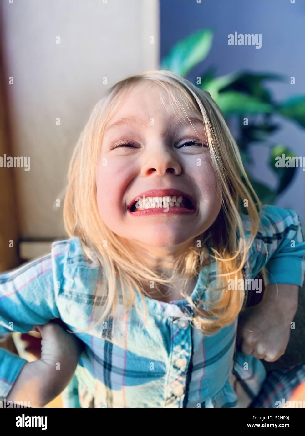 Jeune fille blonde avec un grand sourire. Banque D'Images