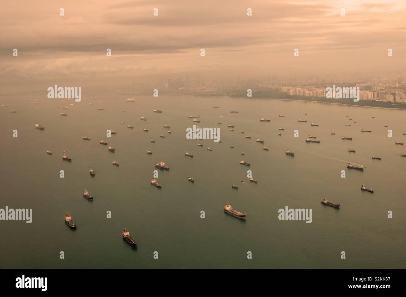 Gros bateaux en face de la côte de Singapour Banque D'Images