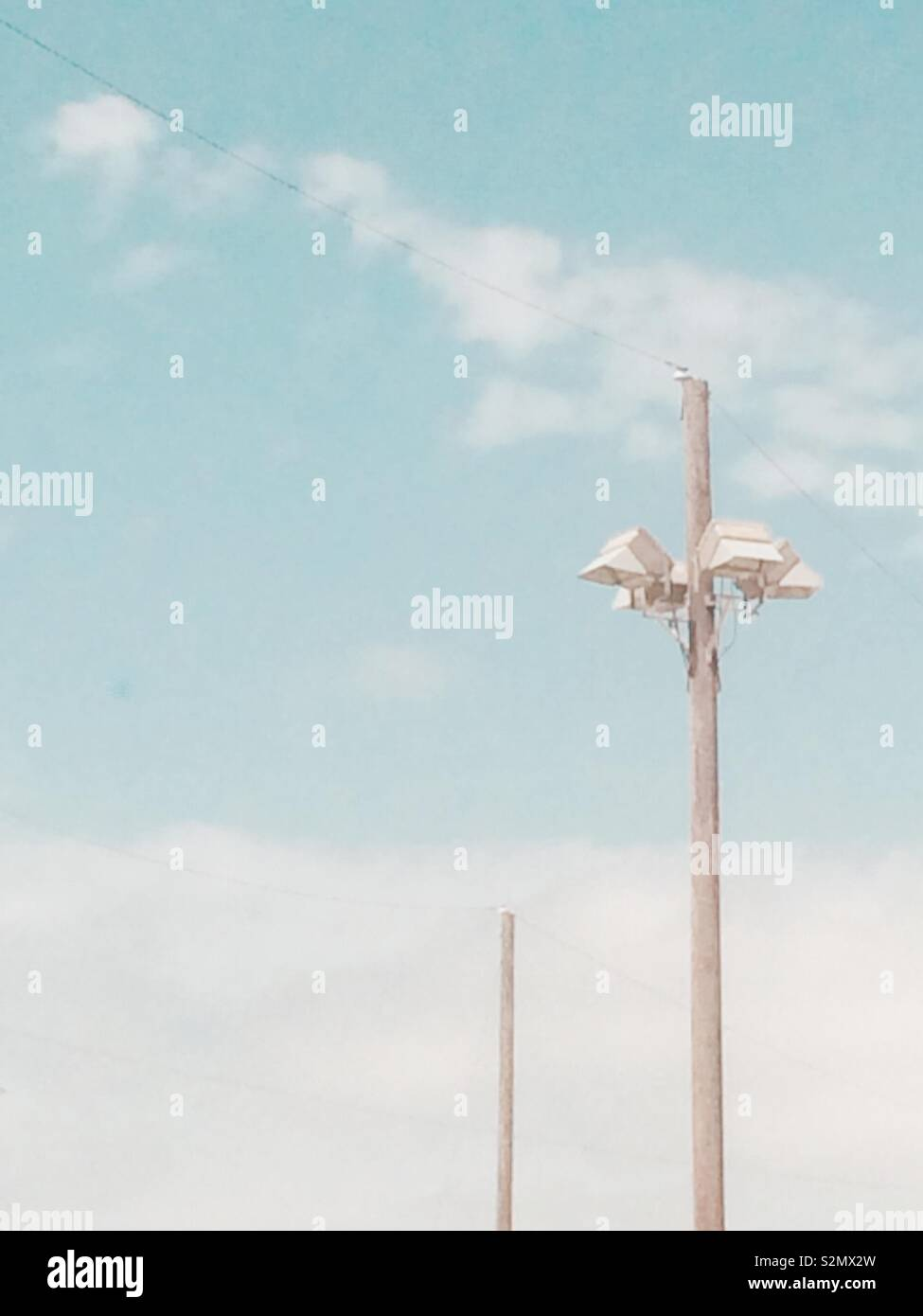 Les poteaux contre le ciel bleu Photo Stock