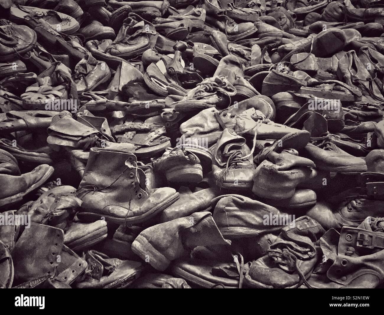 Une partie de l'énorme tas de chaussures et bottes qui ont été confisqués par les milliers de prisonniers par les nazis au camp de concentration d'Auschwitz à Oswiecim, Pologne. Le site est maintenant un musée mémorial. Photo Stock