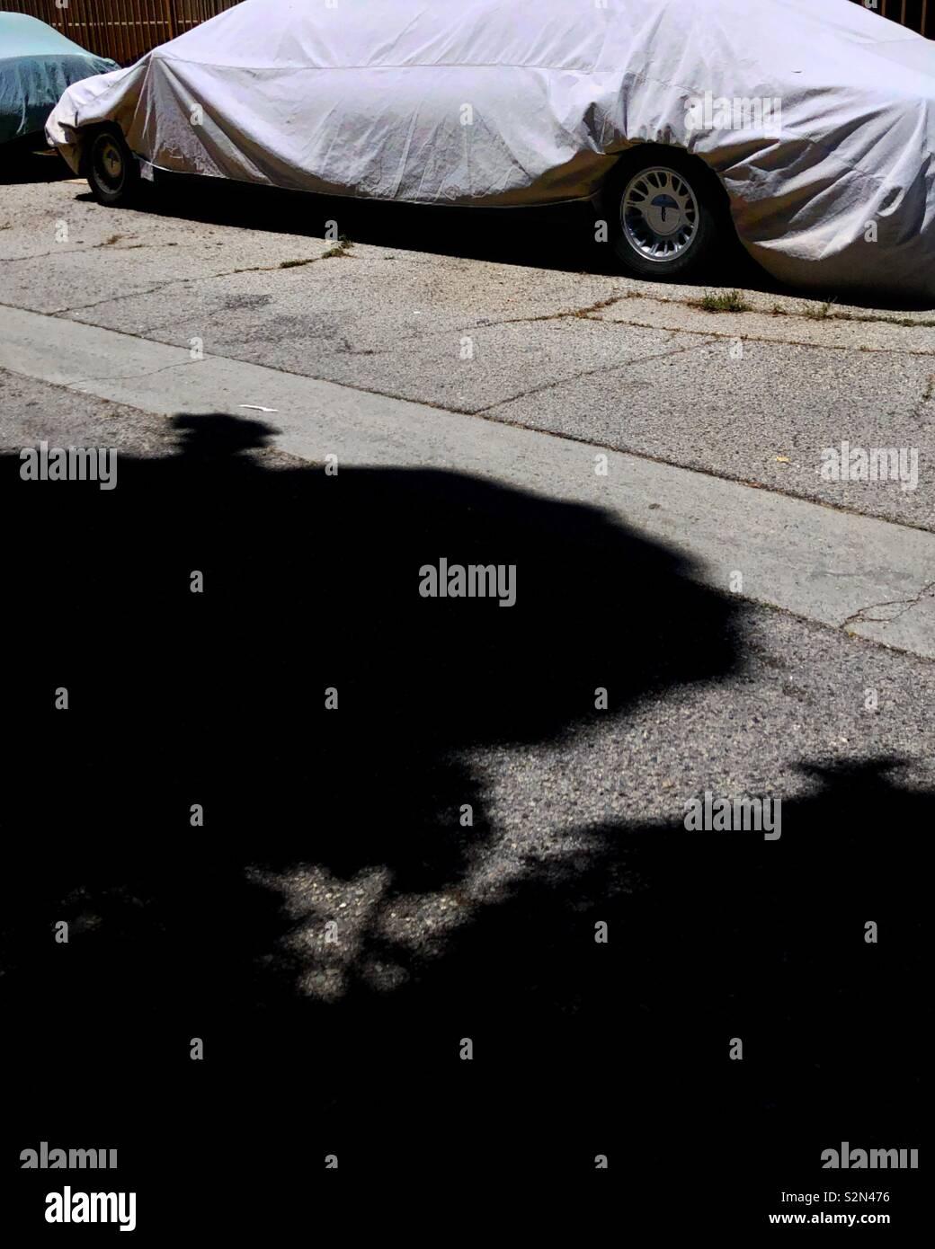 Bâche couvre une grande location de limousine garée dans une ruelle Photo Stock