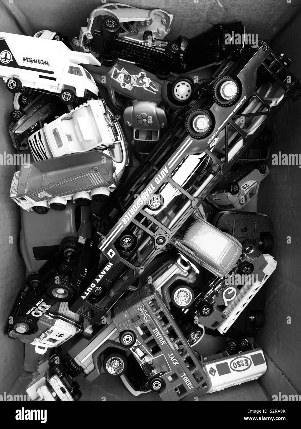 Boîte pleine de jouets voitures moulé Banque D'Images