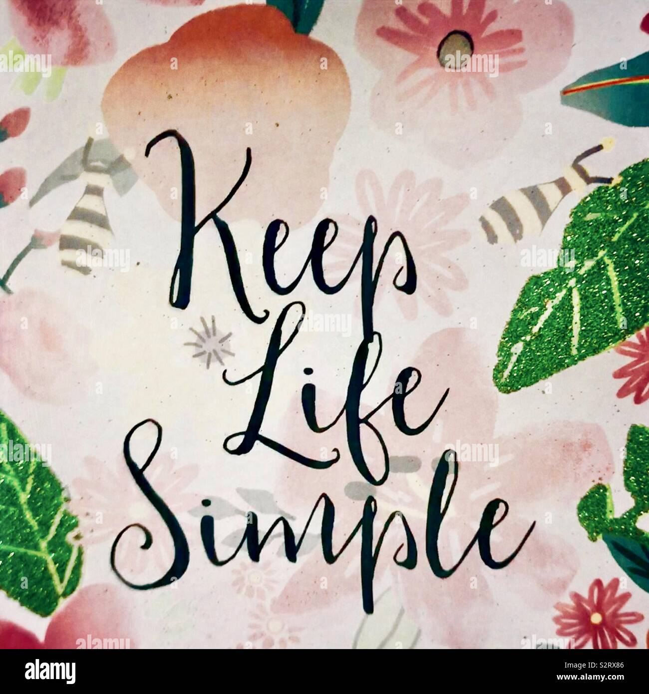 Maintenir la vie simple en disant et citer affiché avec des feuilles vertes, les abeilles et les fleurs. Photo Stock