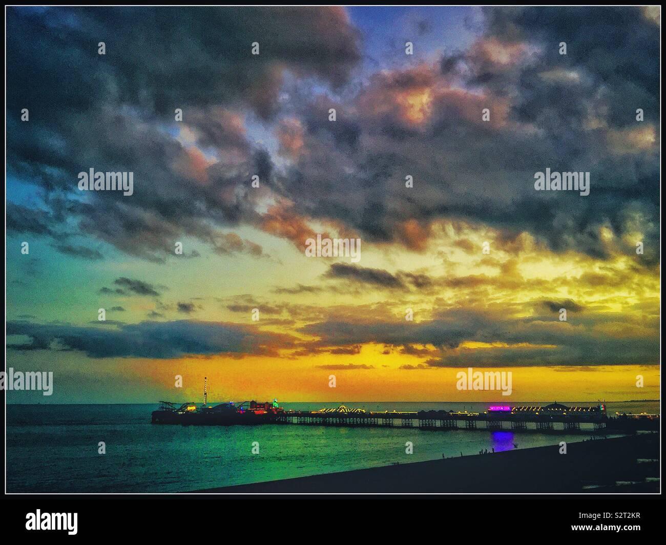 La jetée de Brighton au coucher du soleil. Photo Stock