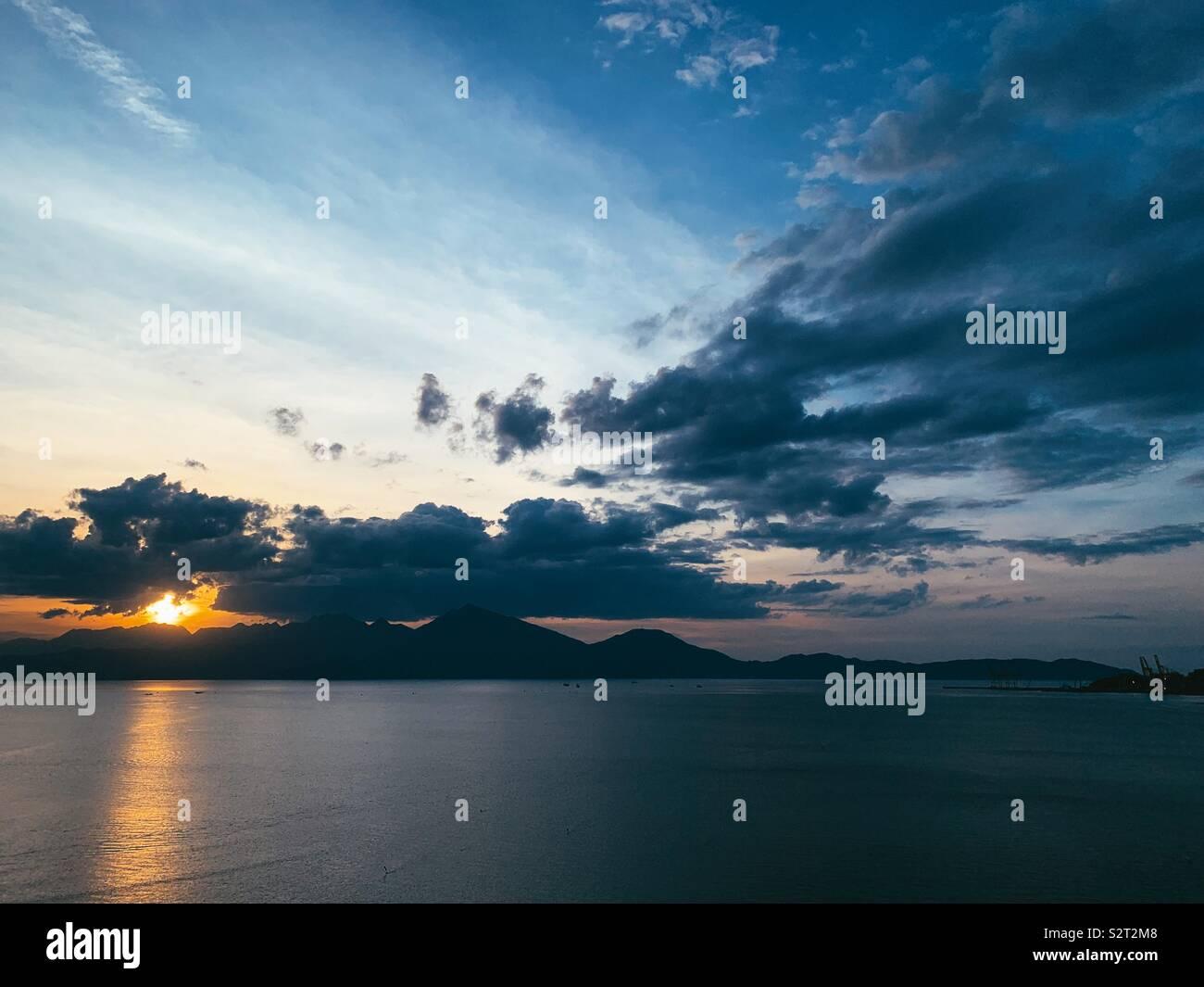 Les nuages n' le soleil se coucher Photo Stock