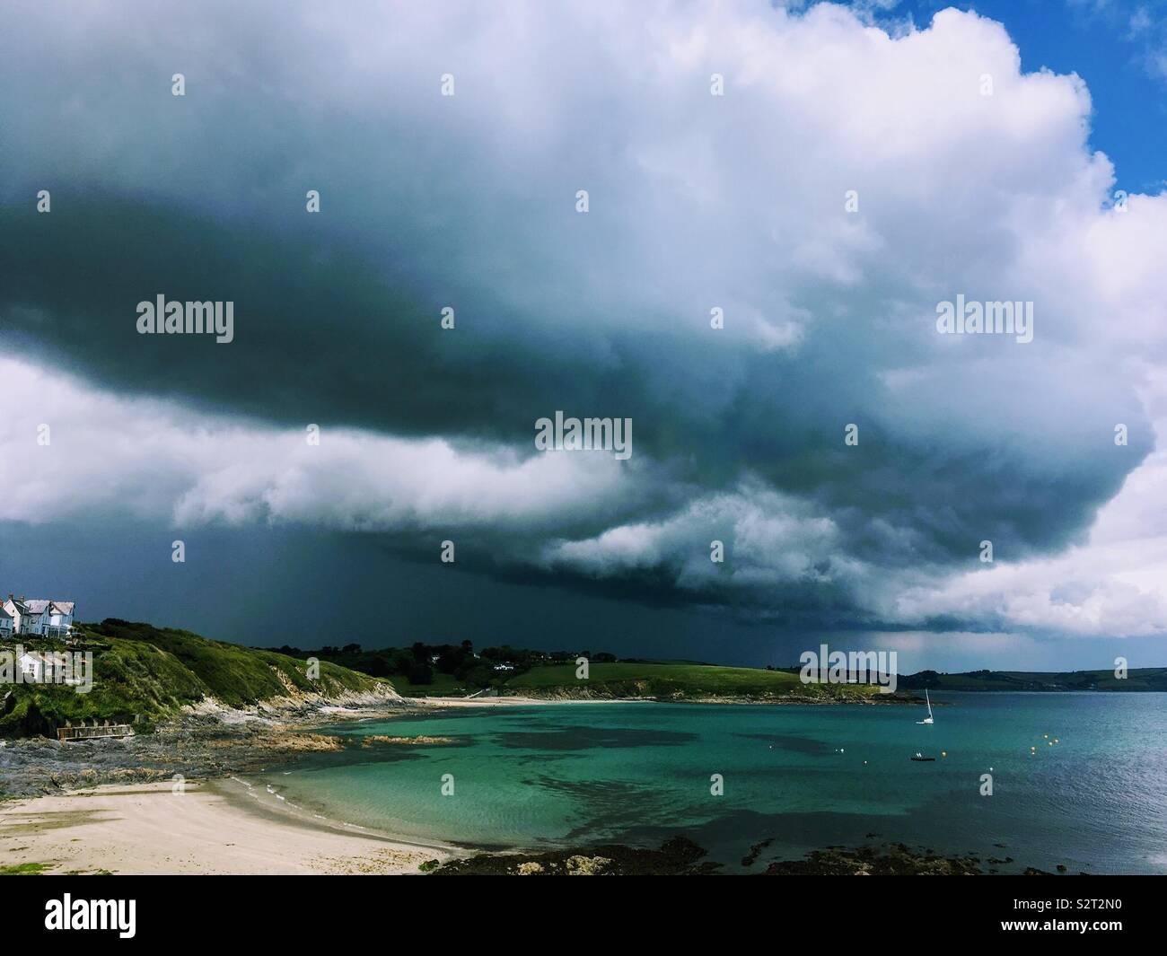 La pluie sombre Les nuages qui se forment sur la baie à Portscatho à Cornwall. Photo Stock