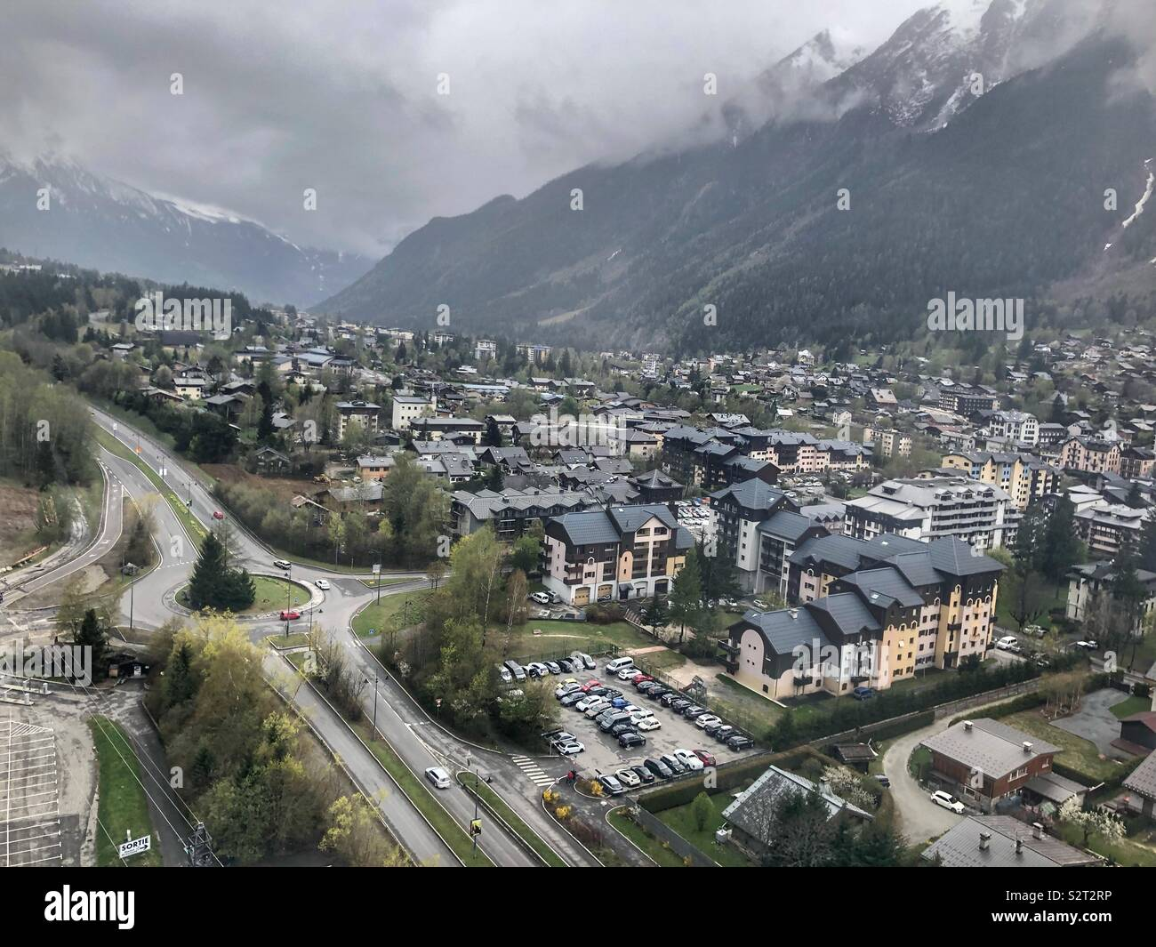 Vue aérienne de la vallée de l'ordre croissant de téléphérique montagnes au printemps Photo Stock