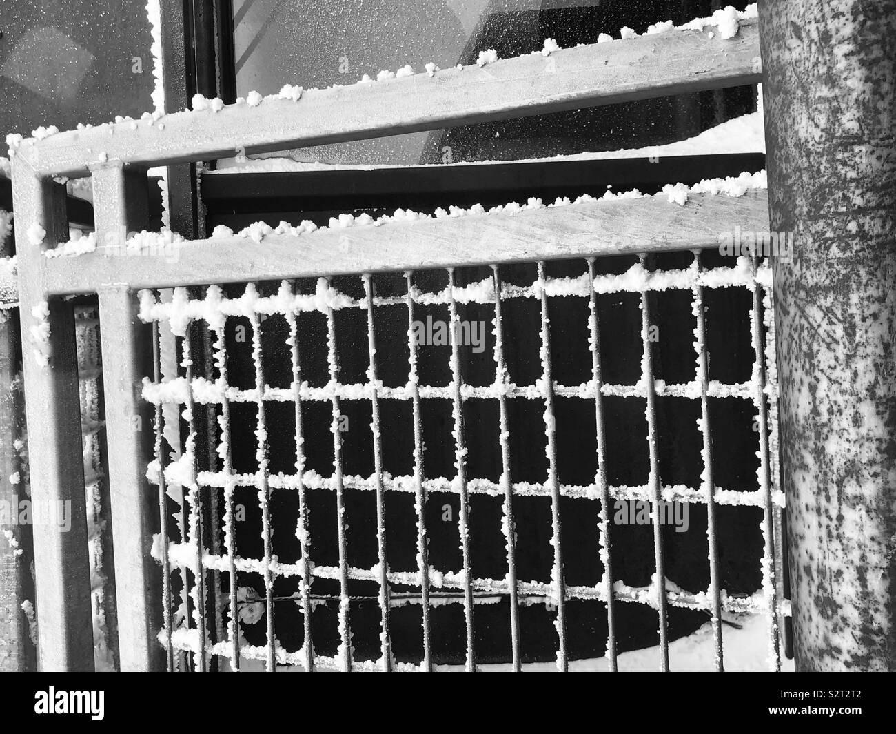 La glace et la neige sur la cage de fer - Chamonix espace station verticale Photo Stock