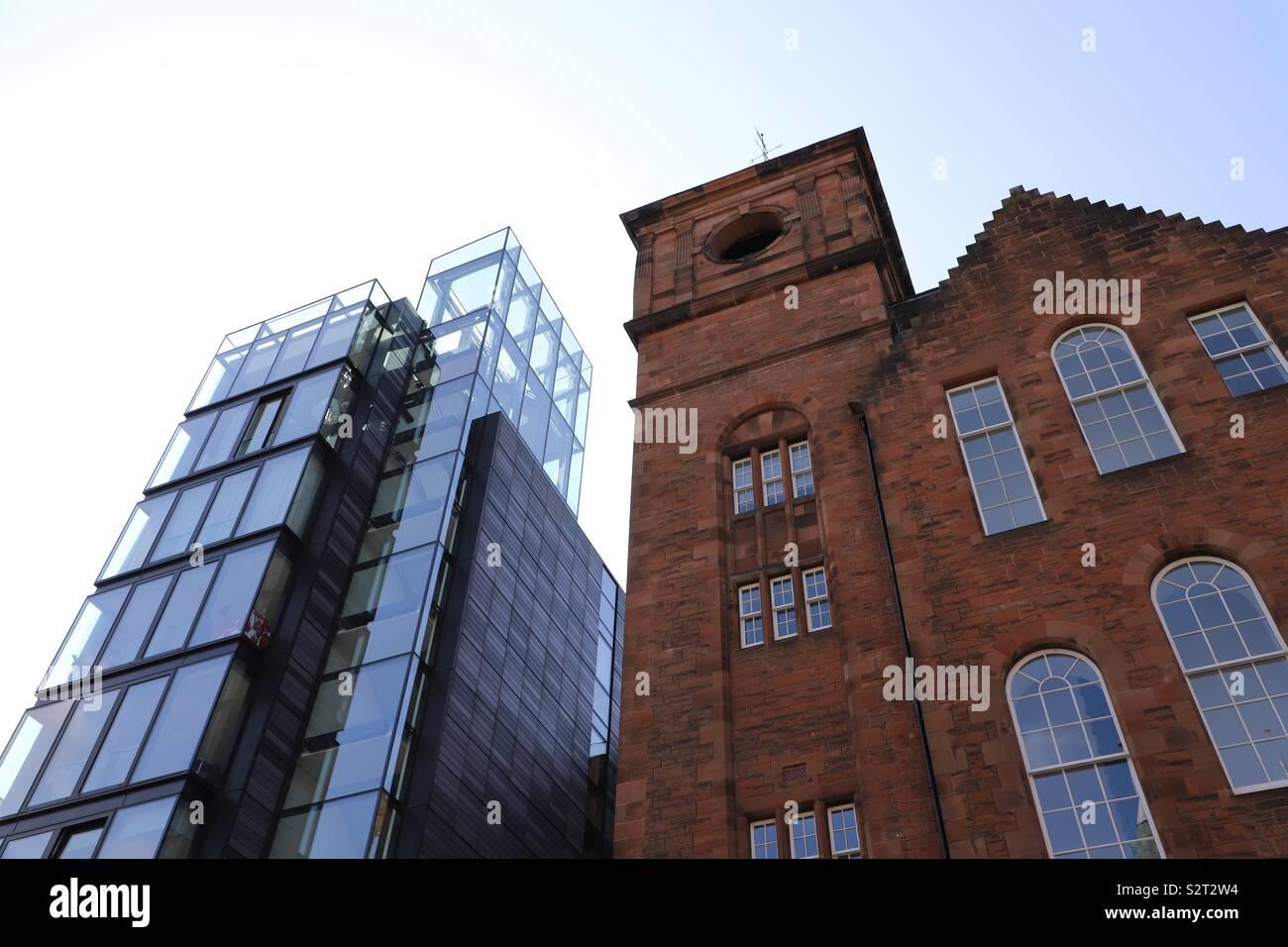 Abstraite de verre moderne et traditionnel des bâtiments en brique Photo Stock
