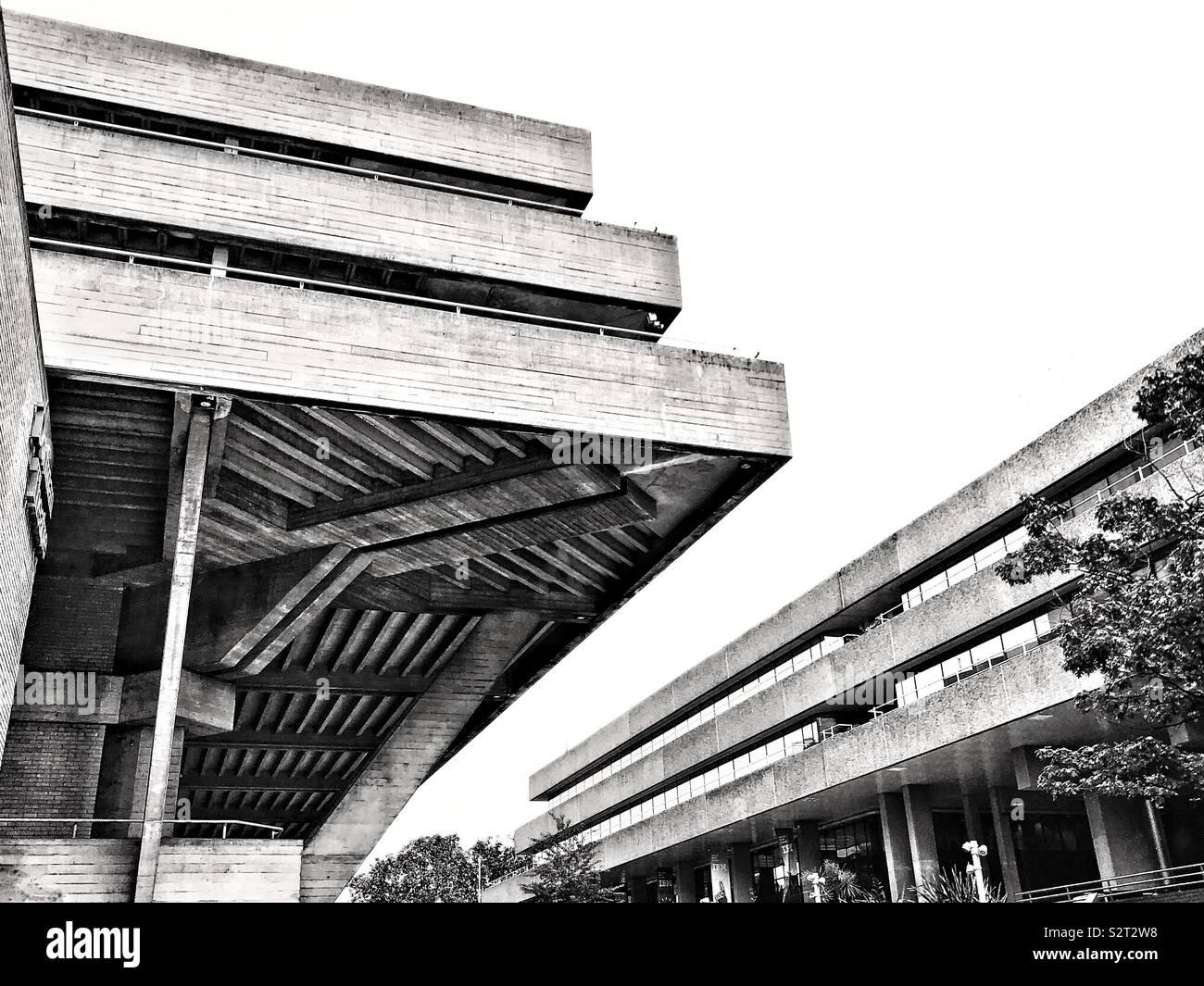 Le Théâtre National de l'architecture brutaliste, sur la rive sud de la Tamise, Londres, Angleterre. Photo Stock