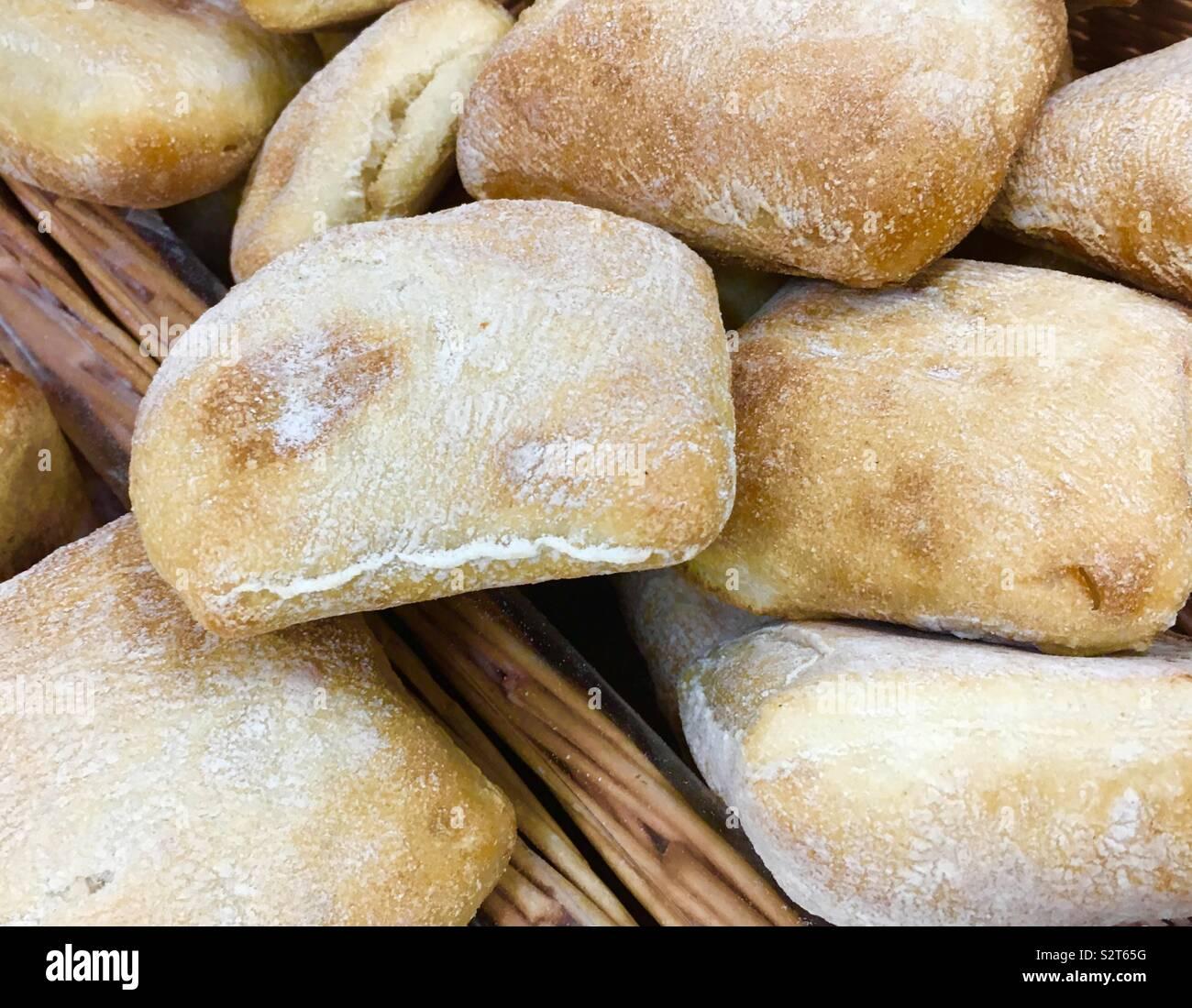 Panier plein de pain ciabatta en vente dans une boulangerie Banque D'Images